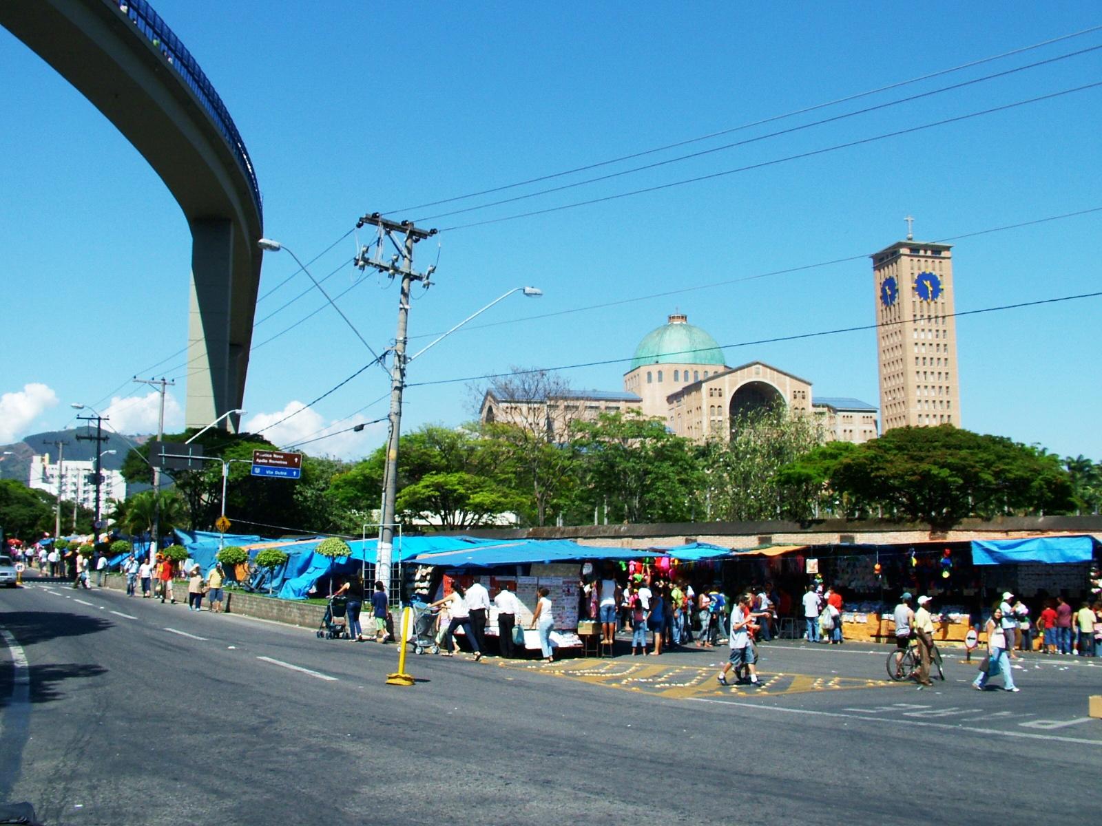 Romeiros transitam pela Getúlio Vargas, transformada em BR 488, que a população da cidade quer que volte ao status de Avenida (Foto: Arquivo Atos)
