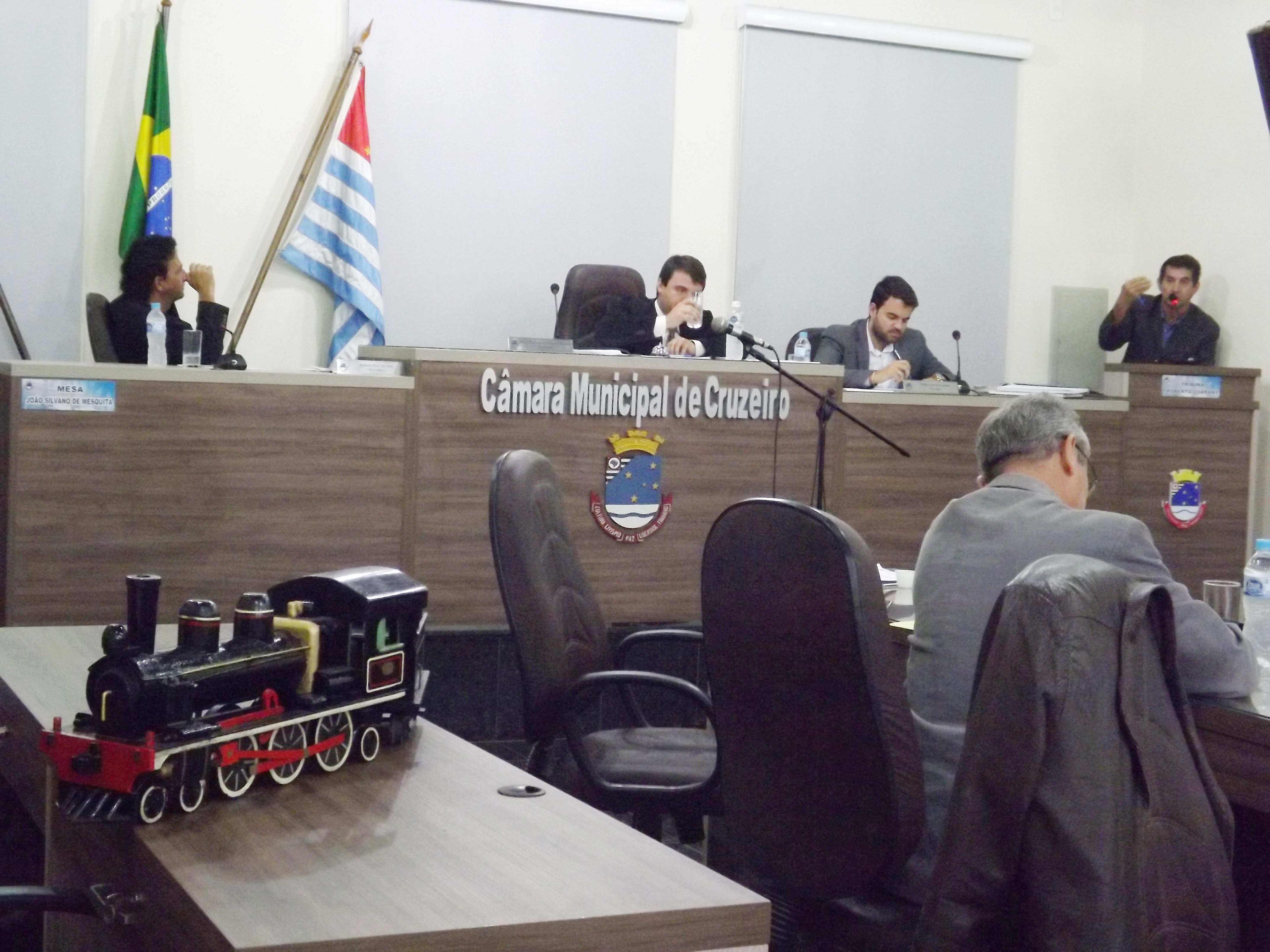 Vereador Sergio Antonio explana, na tribuna da Câmara, projeto de parceria com MRS para execução do novo CRAS na cidade (Foto: Francisco Assis)