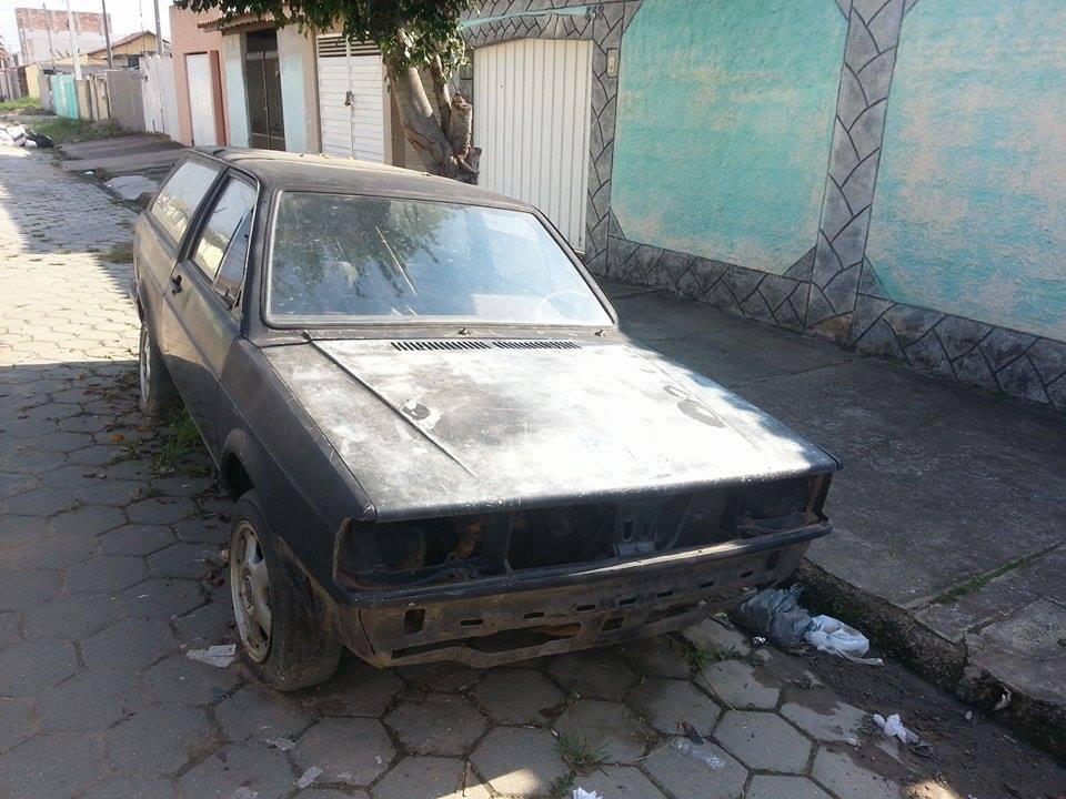 Carro abandonado em rua da cidade, à revelia da administração pública:  moradores reclamam