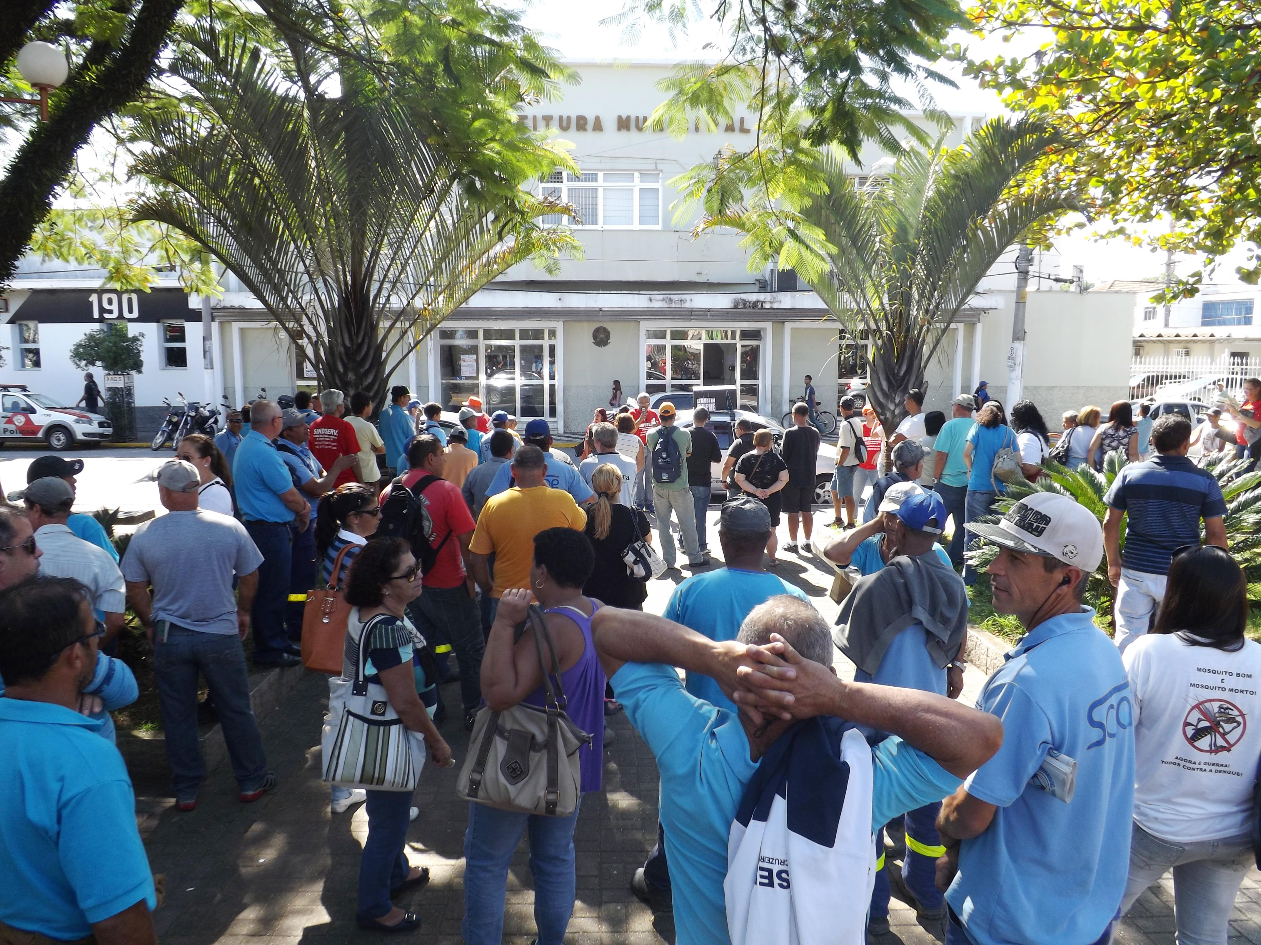 Servidores que promoveram manifestação em frente à Prefeitura e greve por reajuste de 11,54% (Foto: Francisco Assis)