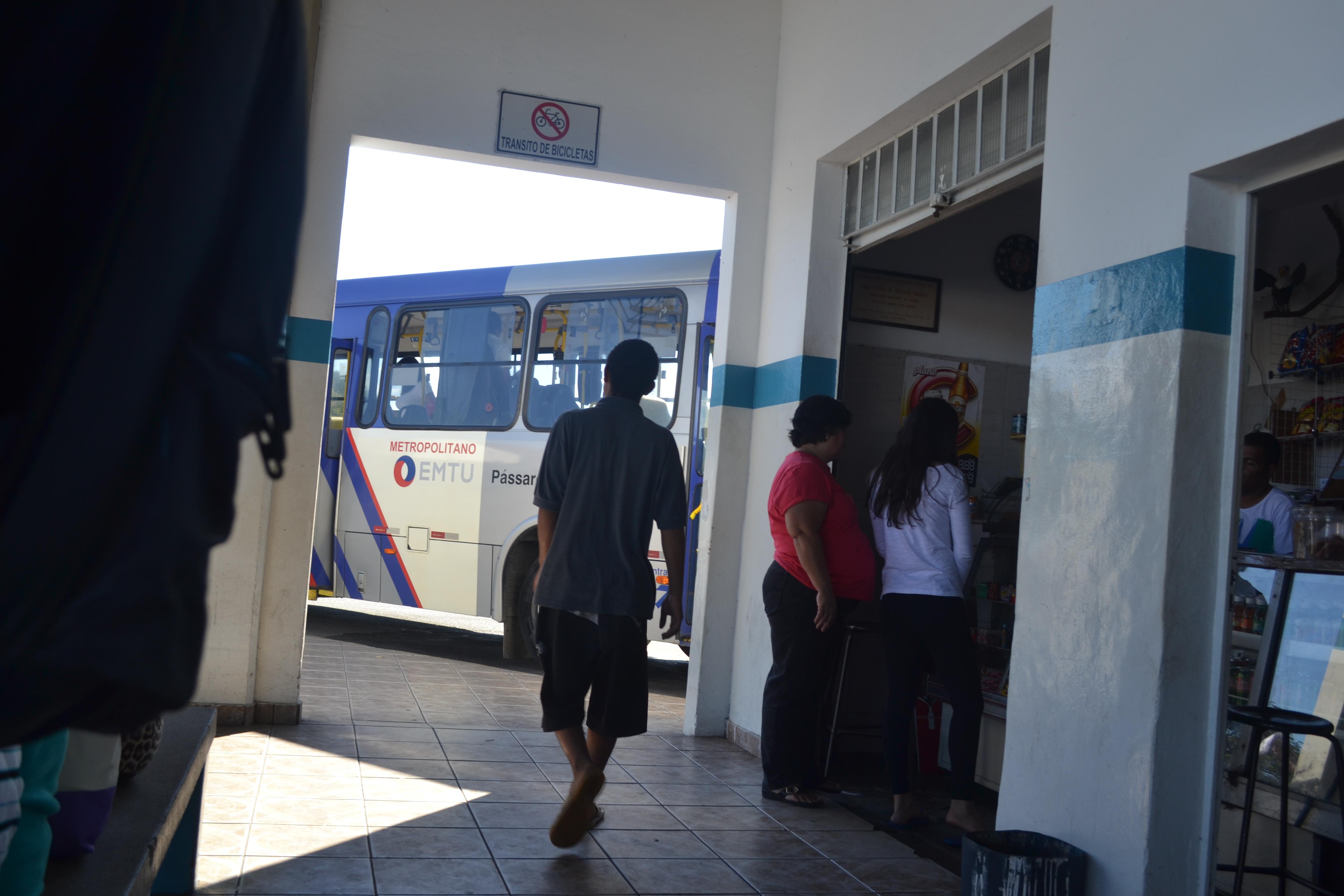 Jovem pede esmola à passageiros que aguardam ônibus na rodoviária (Foto: Lucas Barbosa)