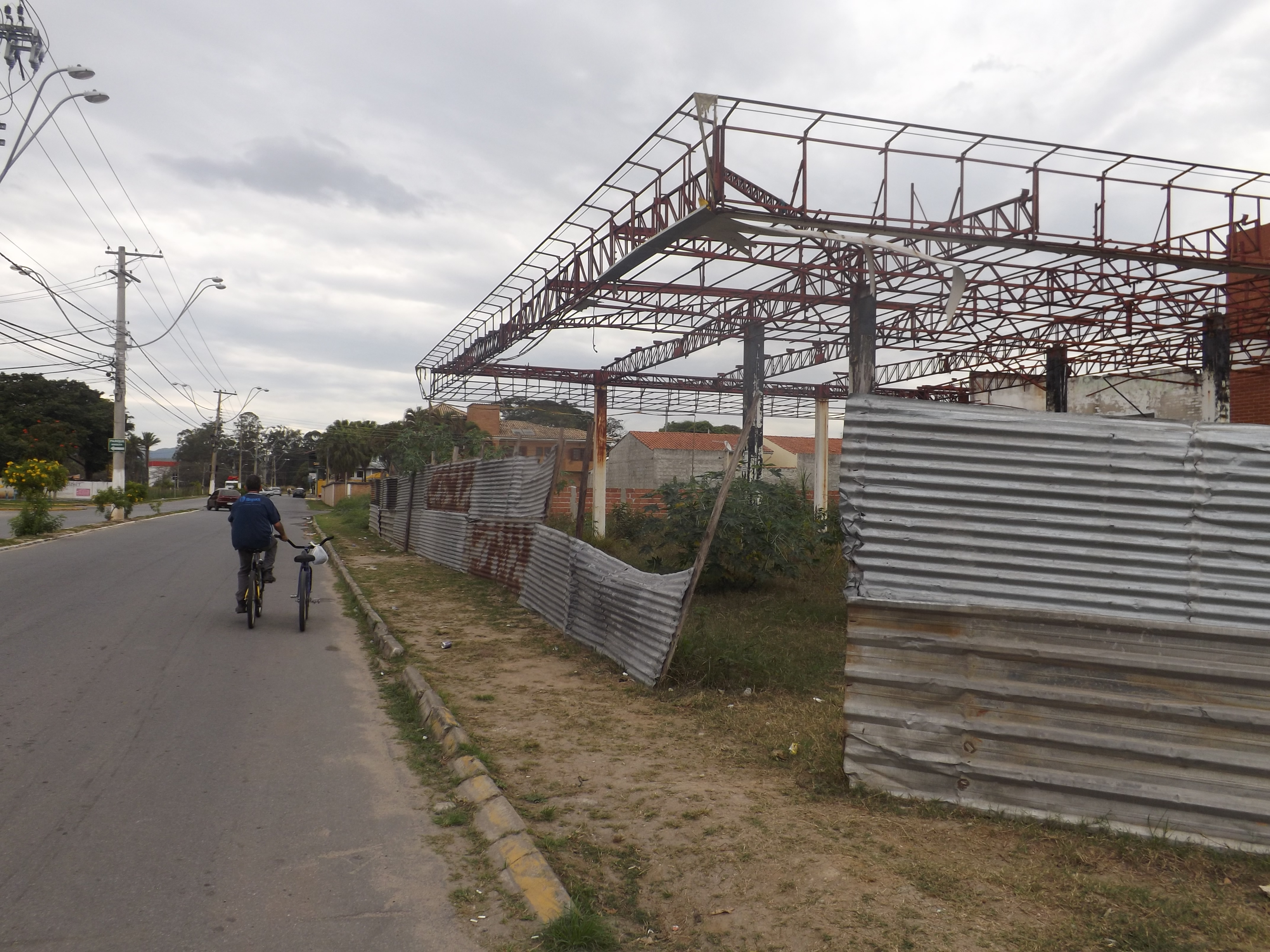 Abandonado, posto de gasolina virou ponto de drogas e fuga de dependentes, em um dos acessos à Dutra (Foto: Lucas Barbosa)