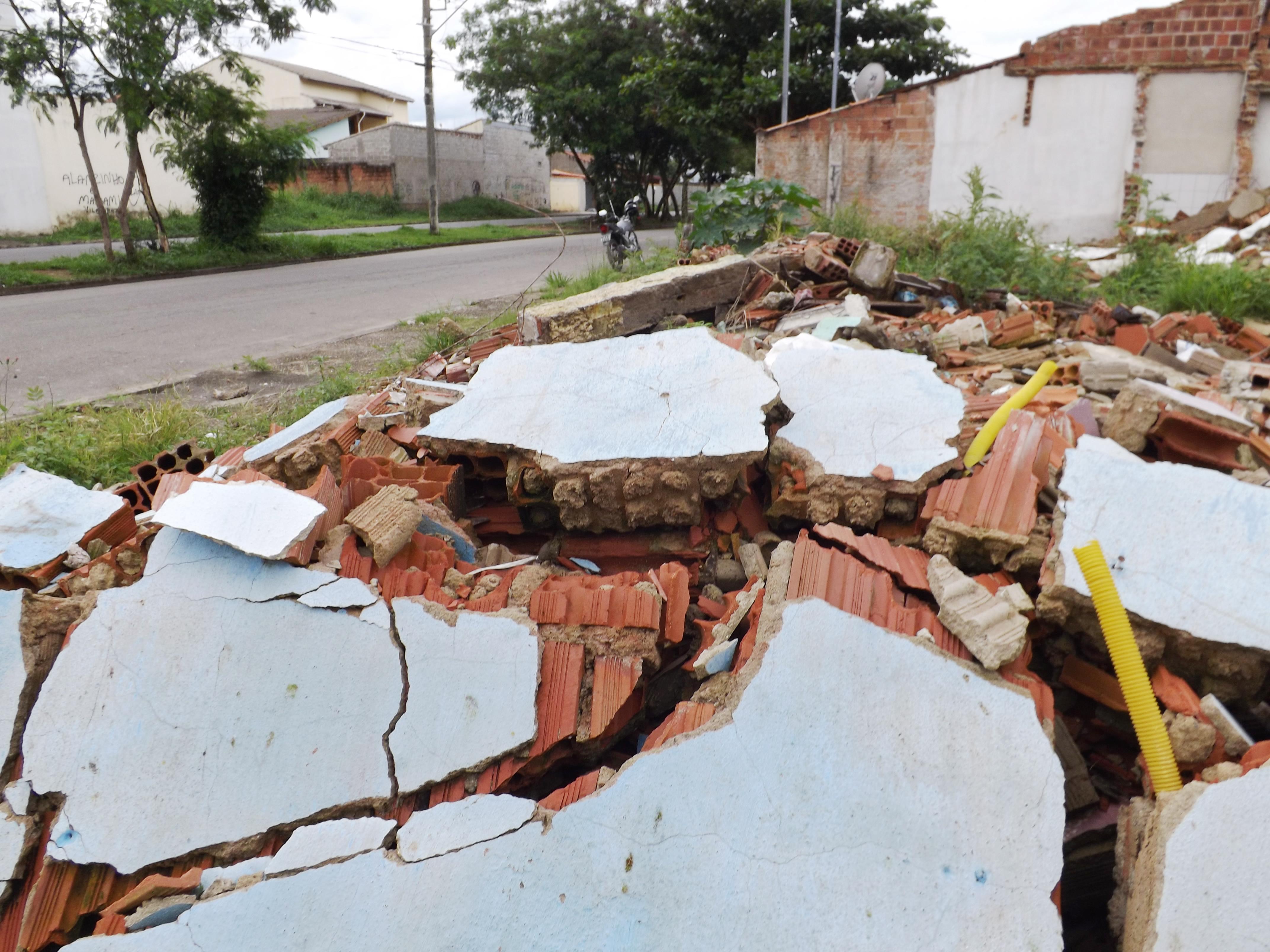 Entulho de demolições realizadas pela prefeitura no mês de junho causam transtorno aos moradores (Lucas Barbosa)
