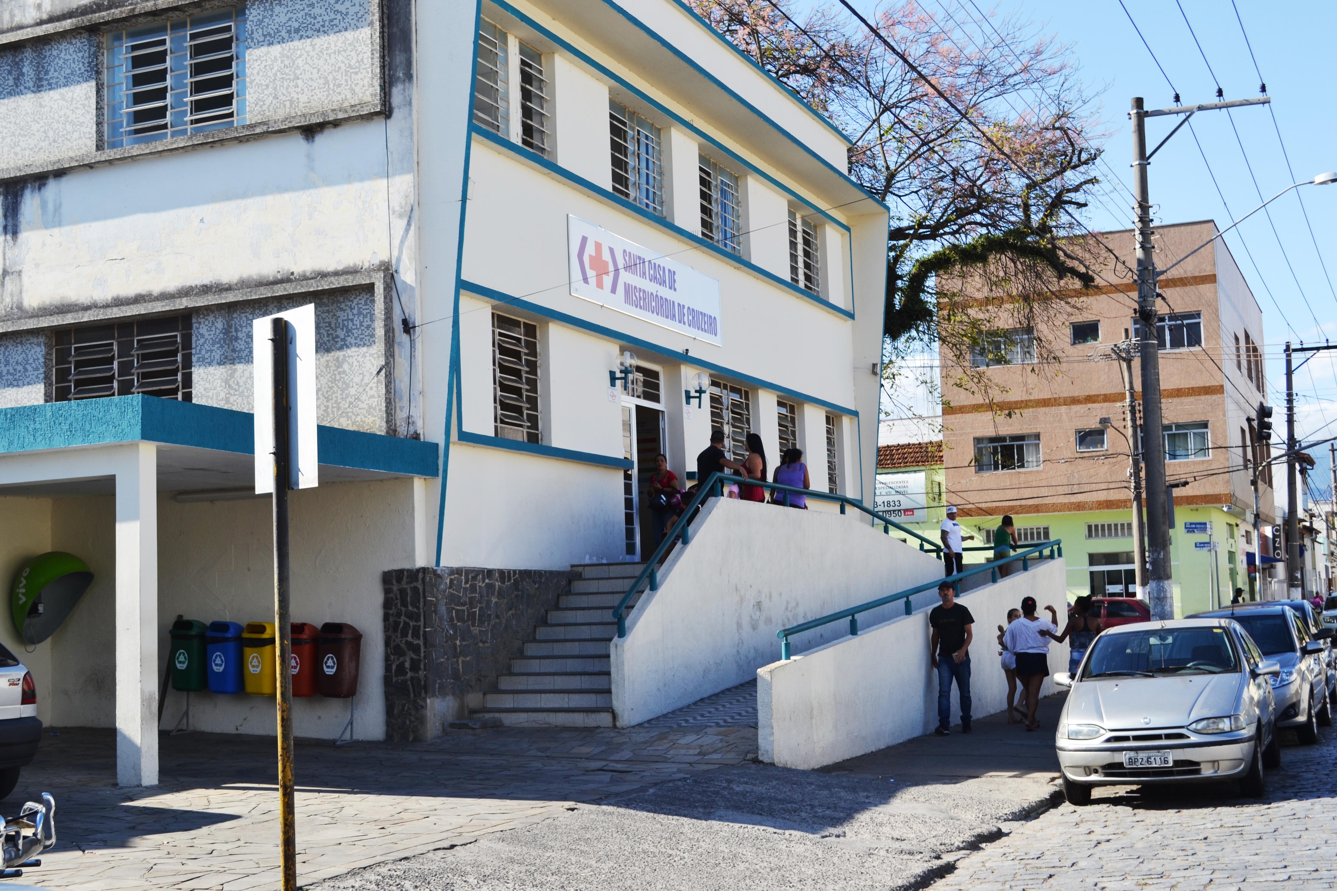 A entrada principal do Pronto Socorro, que embora de portas abertas, não garante atendimento médico (Francisco Assis)