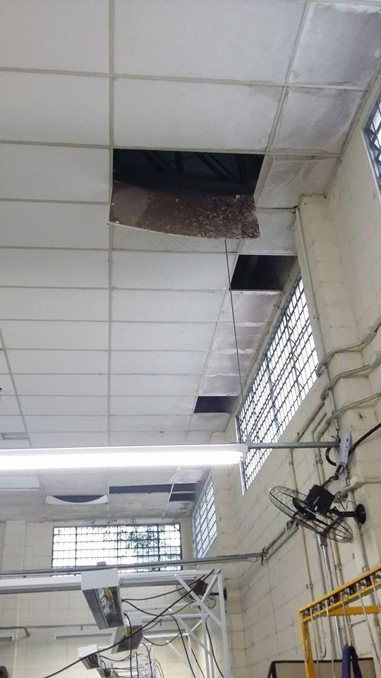 Teto danificado com sinais de infiltrações, fios expostos e luminárias precárias, além de forro caindo, caracterizam as condições do local (Carlos Pimentel)