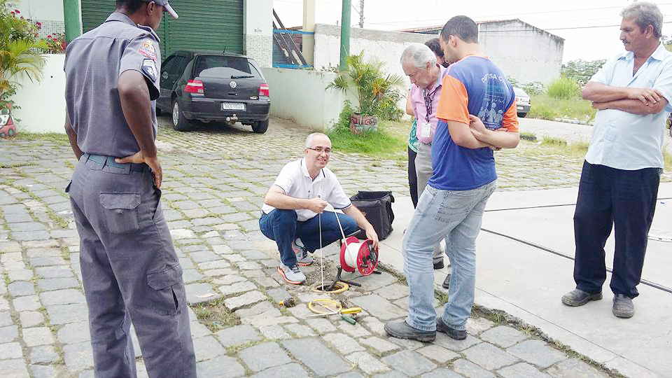 Agentes da Defesa Civil e bombeiros inspecionam casas do Itaguaçu à procura de vazamento (Colaboração)