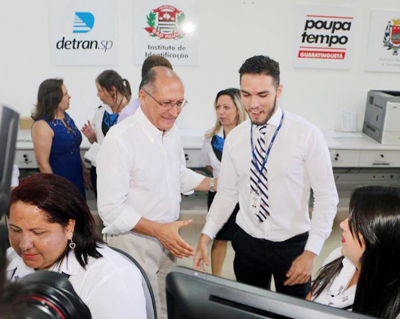 Governador Geraldo Alckmin, entre funcionários do Poupatempo, após inauguração e início dos serviços (Assessoria PMG)