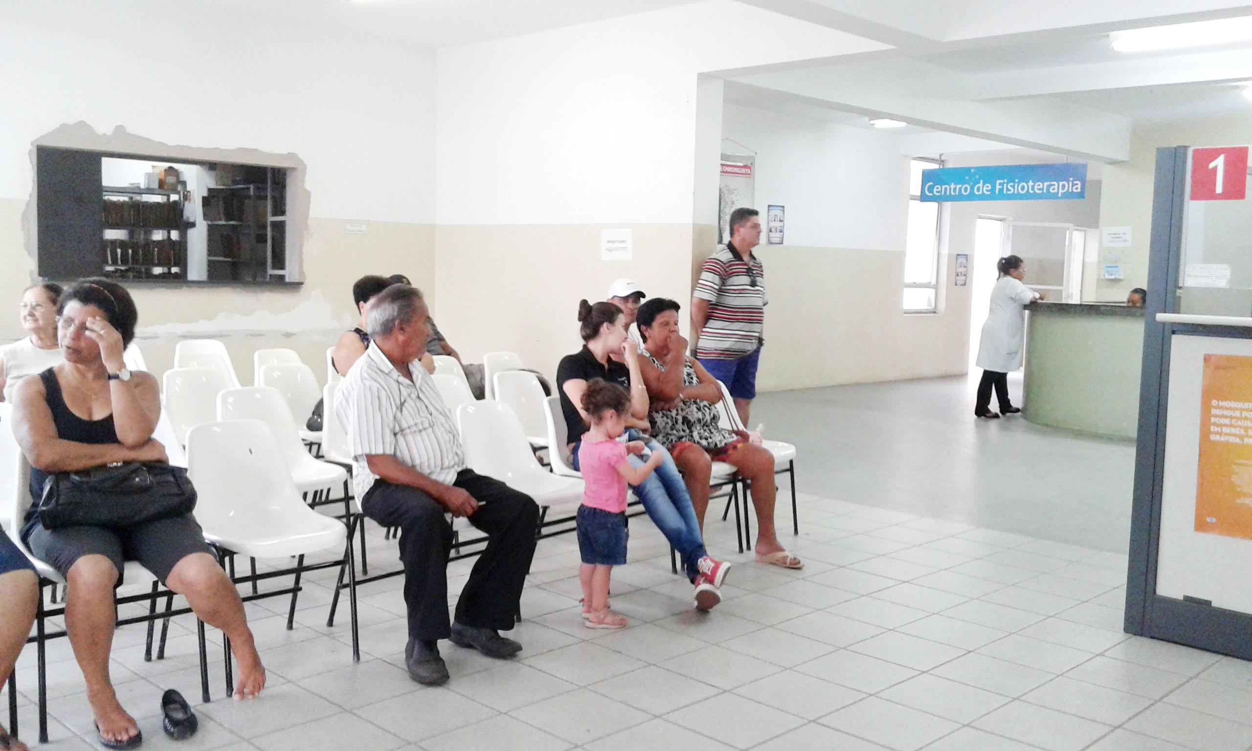 Pacientes aguardam por atendimento no ARE em Cruzeiro; a espera pela consulta chega a cinco meses (Maria Fernanda Rezende)