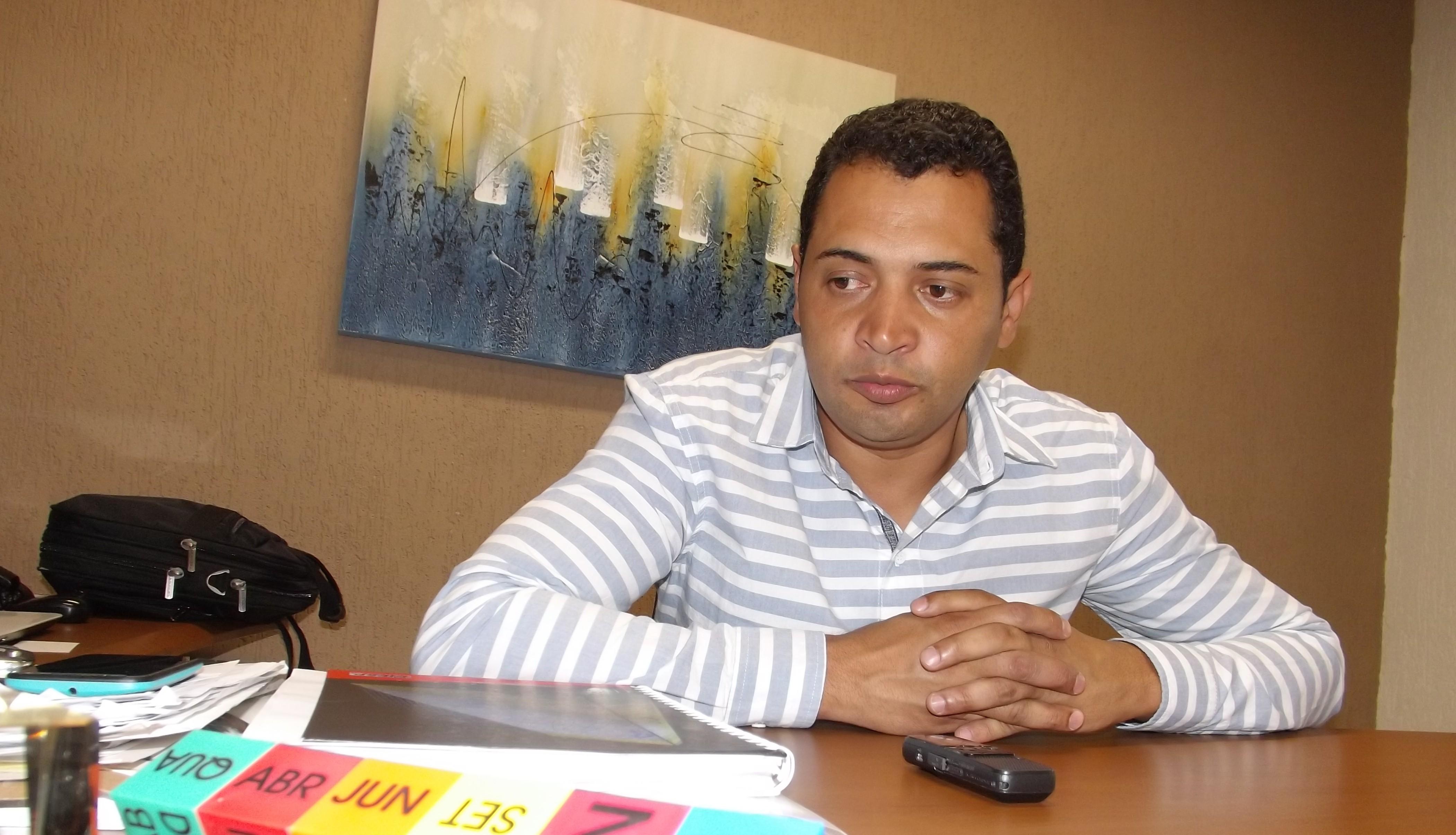 O prefeito Lucemir Amaral, que assinou junto ao governador a ordem de serviço para casas em Canas (Arquivo Atos)
