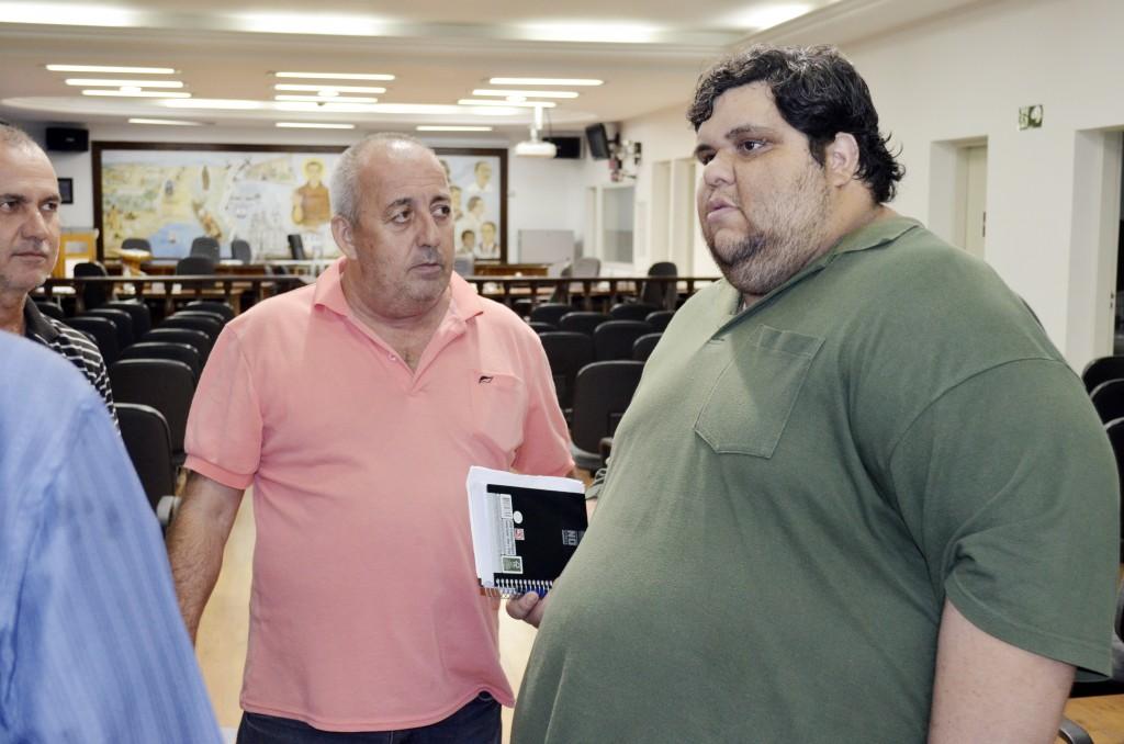 José de Paula (direita) cobrou valorização dos professores; e-mail que proibiu entrada de sindicalistas foi contestado pelo prefeito (Leandro Oliveira)
