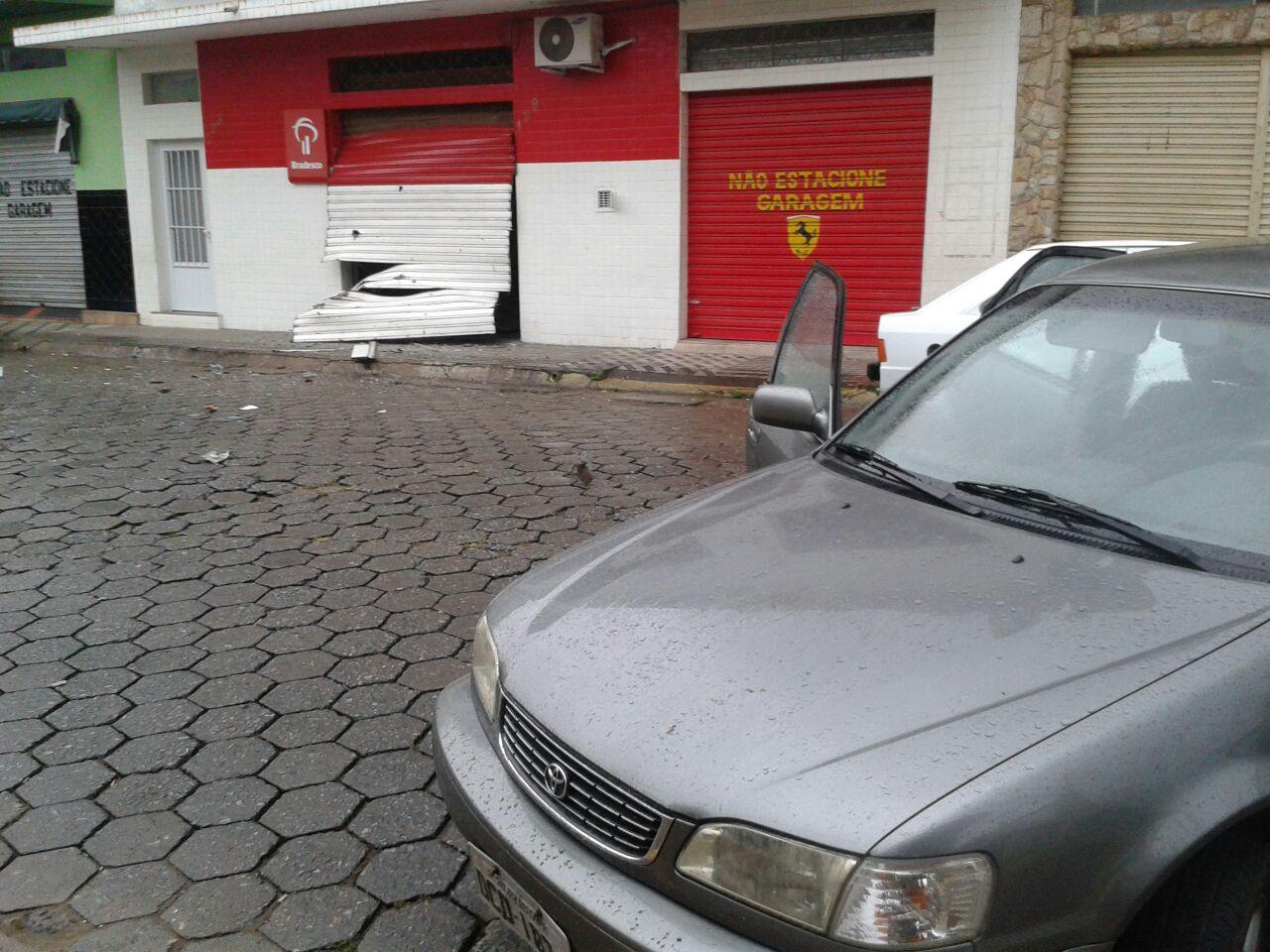 A agência bancária, que foi alvo da ação de criminosos na madrugada desta sexta-feira, em Piquete (Divulgação / PM)