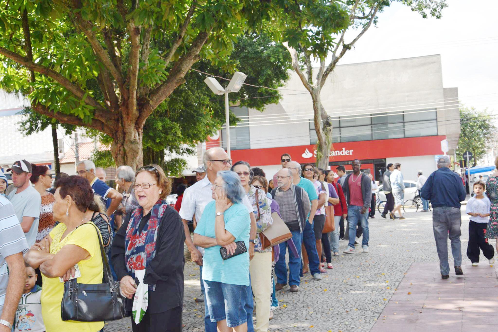 Idosos se enfileiraram na praça Arnolfo Azevedo de Lorena; vacinação foi regularizada na terça-feira (Da Assessoria)