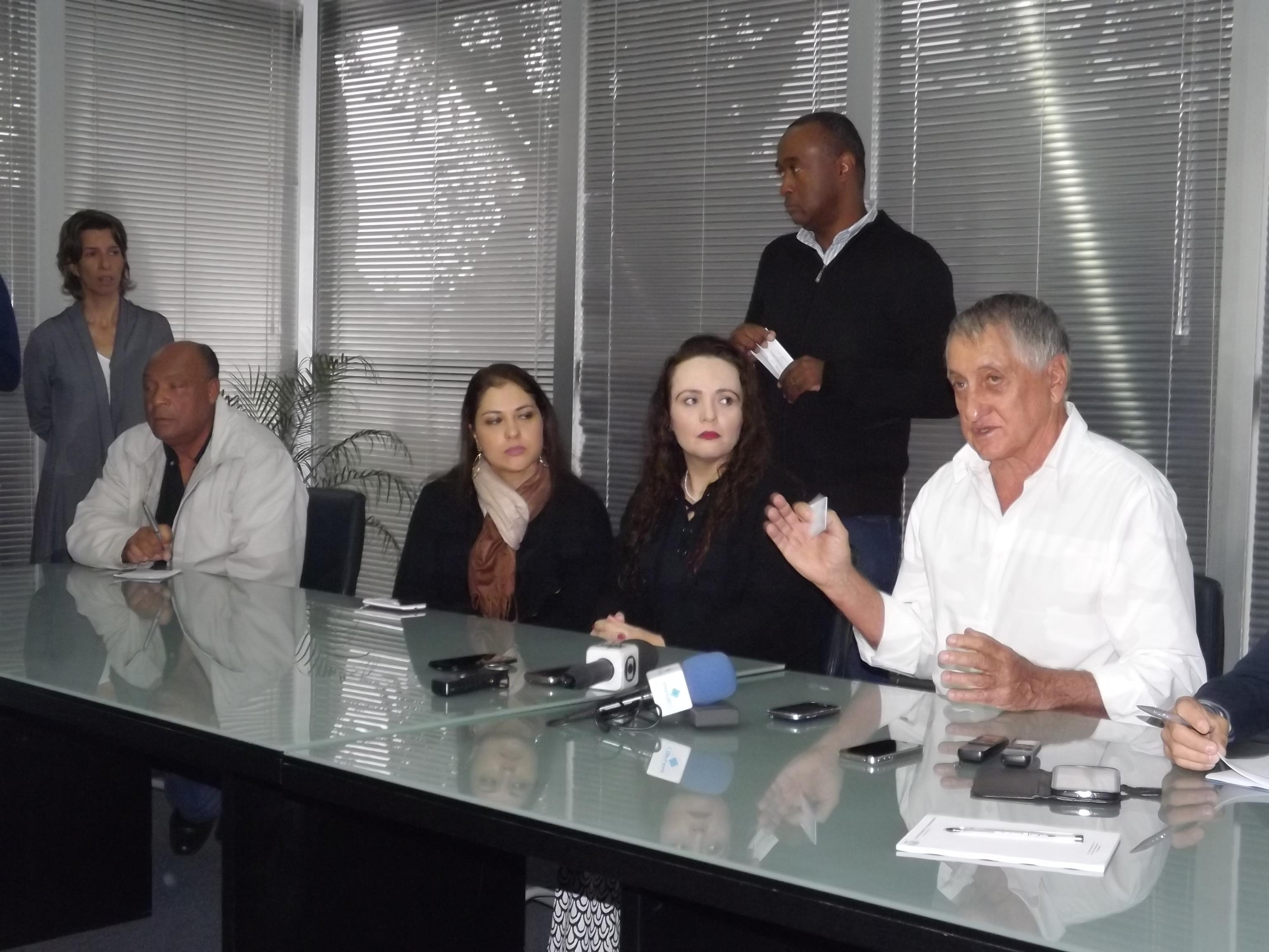 O prefeito Vito Ardito explica medidas para tentar barrar ação que pede extinção de 2,3 mil cargos (Foto: Lucas Barbosa)