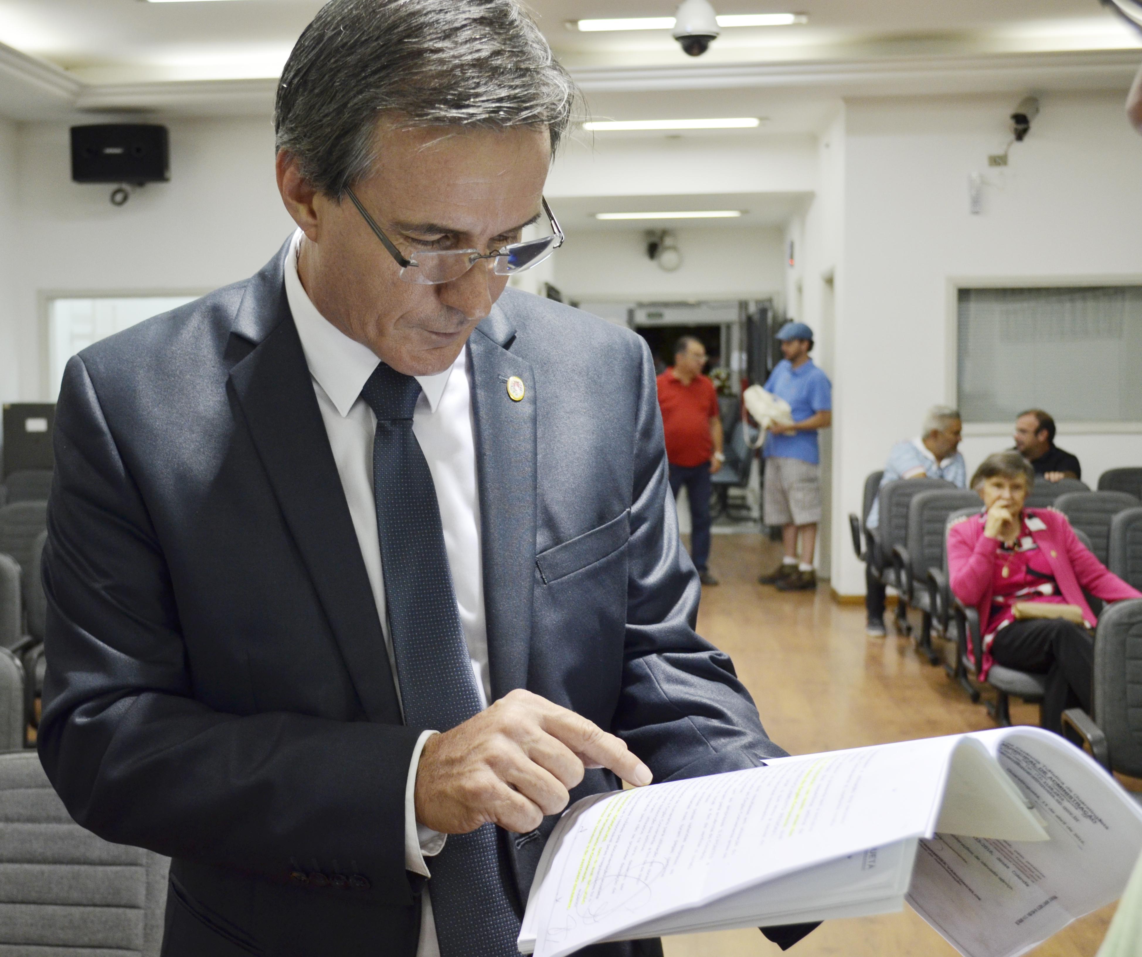 O vereador Marcus Soliva analisa documentos apresentados em requerimento que cobra abertura de dívida (Leandro Oliveira)