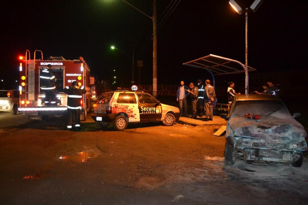 Acidente no bairro da Cecap, na noite da última segunda-feira; carro pegou fogo após colisão  (Foto: Thiago Datena)