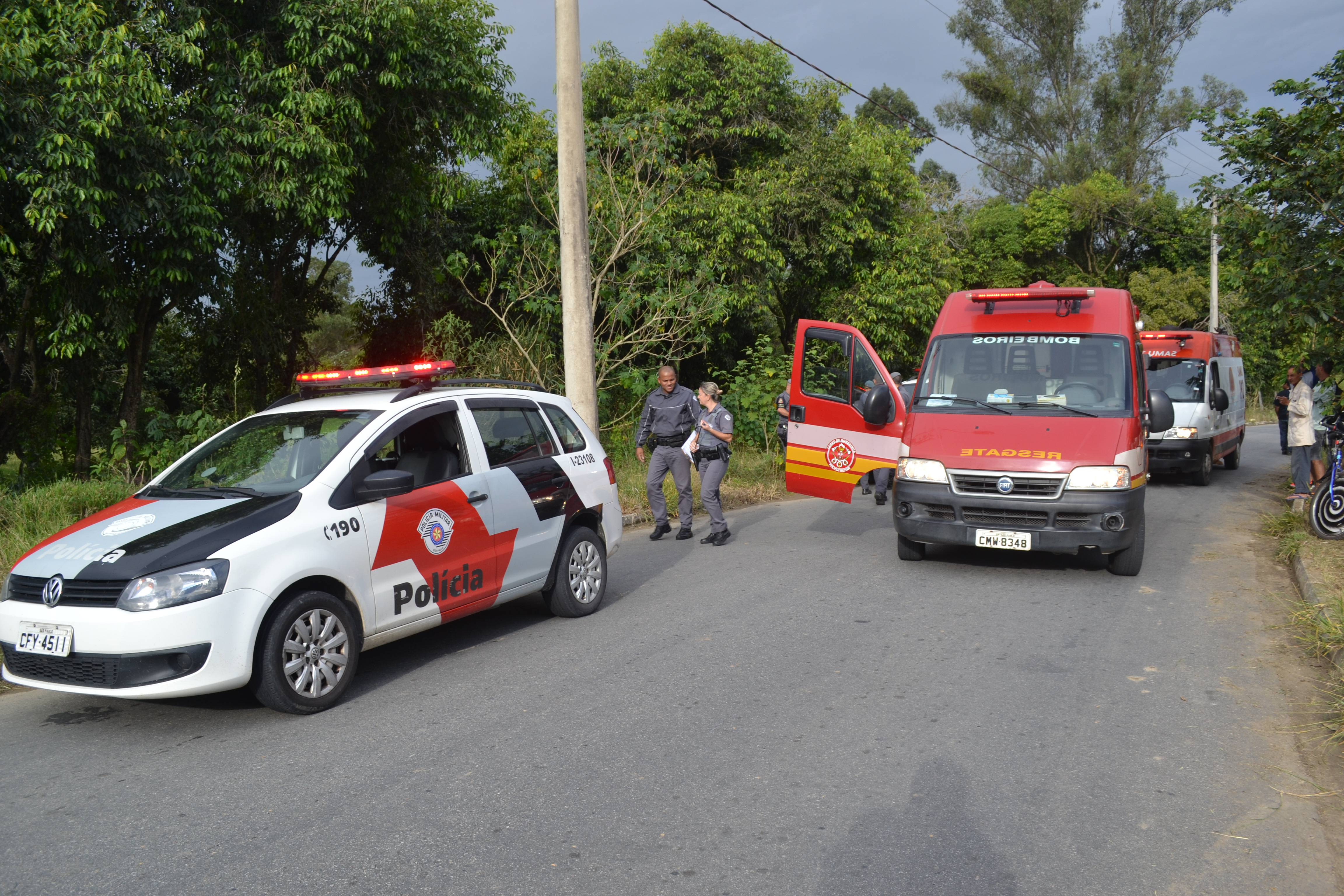 Equipe de resgate durante trabalho de atendimento a jovem baleado nesta tarde, em Lorena (Foto: Thiago Datena)