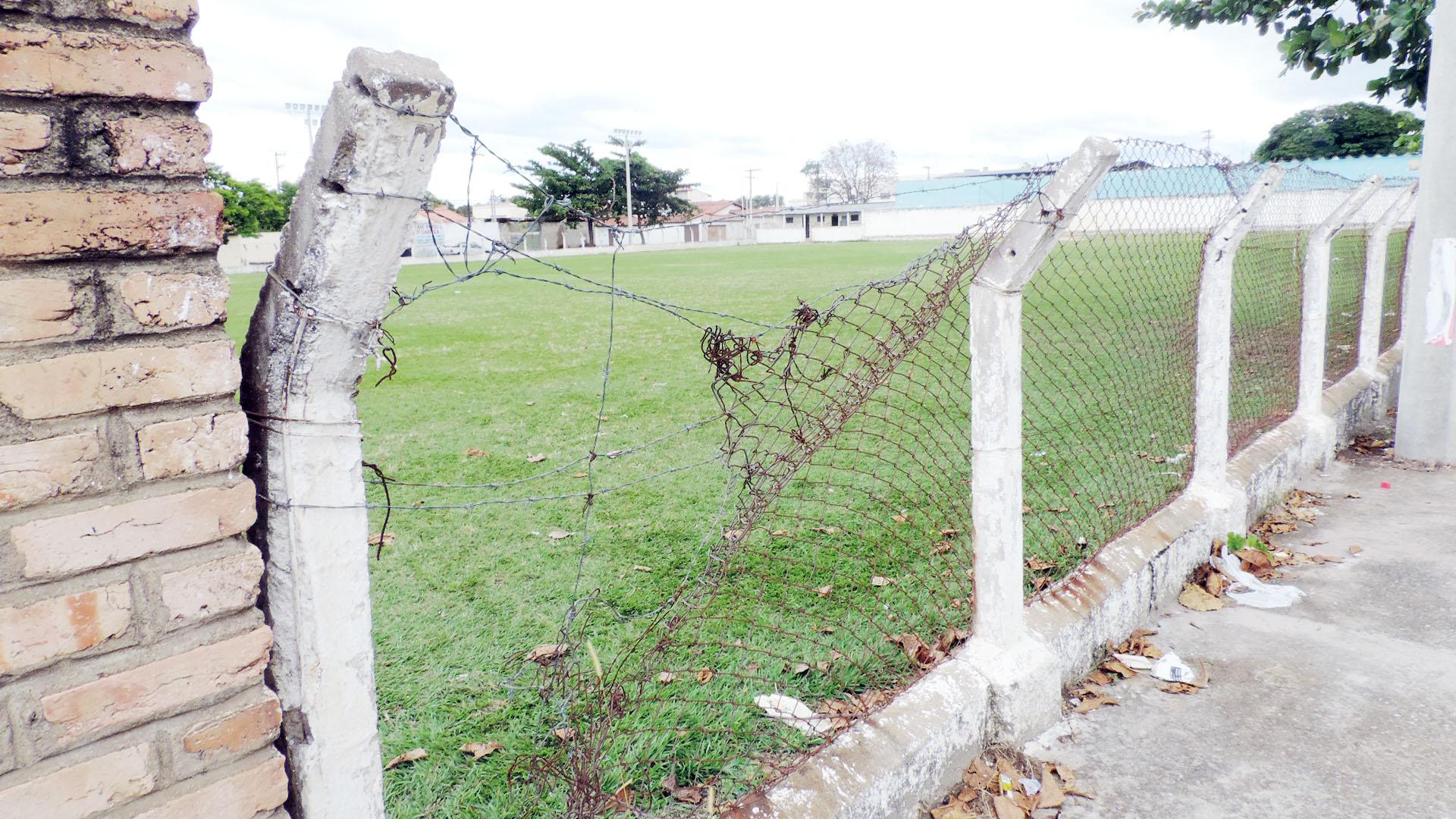 O castigado alambrado é apenas um dos itens que receberão atenção na reforma do Campo do Brasil (Foto: Lucas Barbosa)