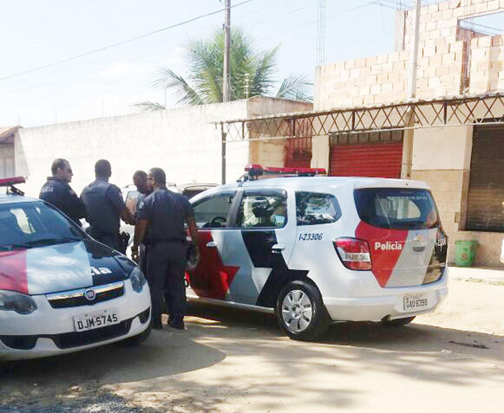 Viaturas da PM no local da ocorrência em que policial de folga foi atingido; ferimento não impediu ação (Foto: Divulgação)