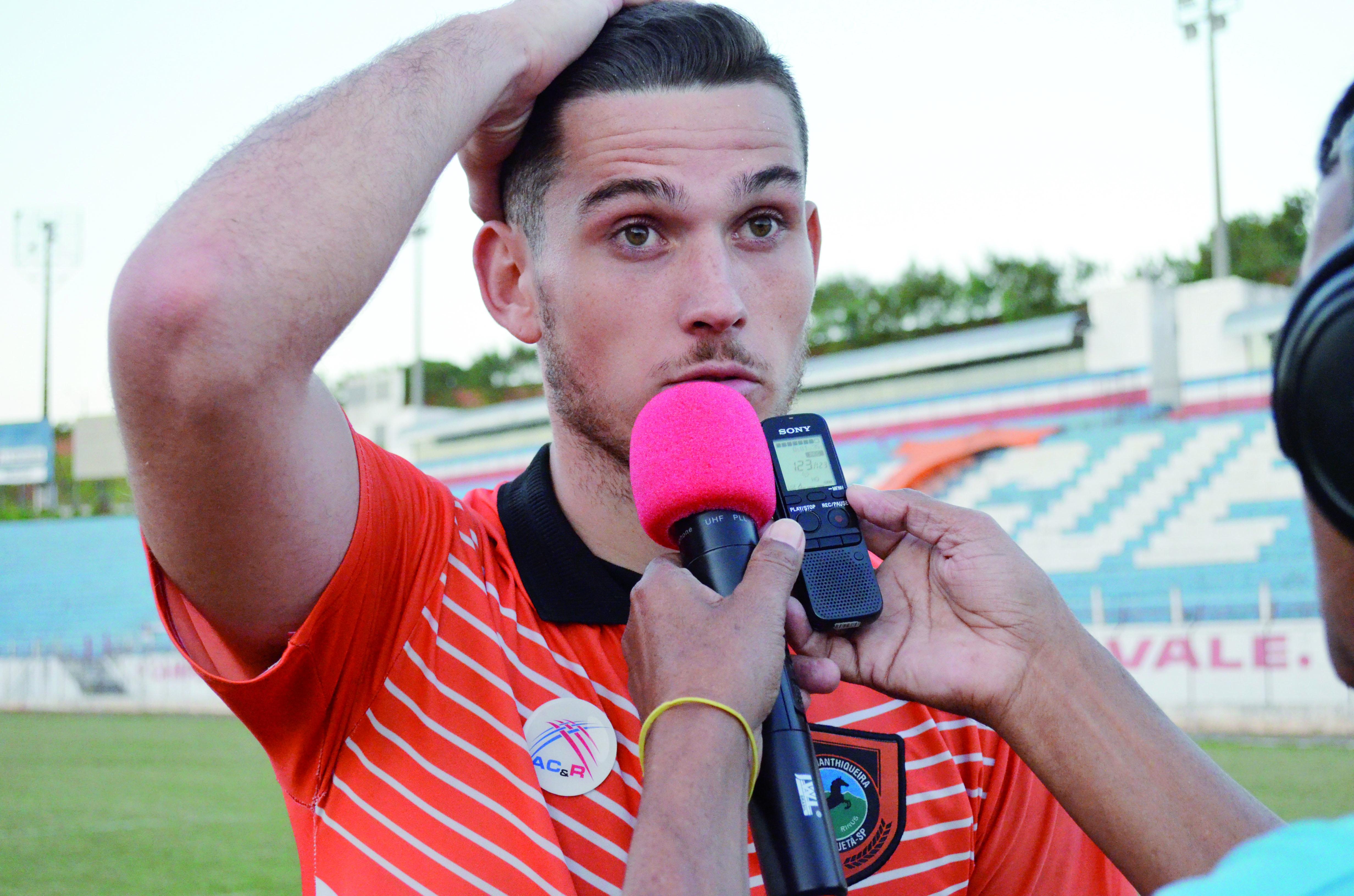 O zagueiro Robson, que falou sobre a dívida de quase quatro meses do clube com os jogadores (Foto: Leandro Oliveira)