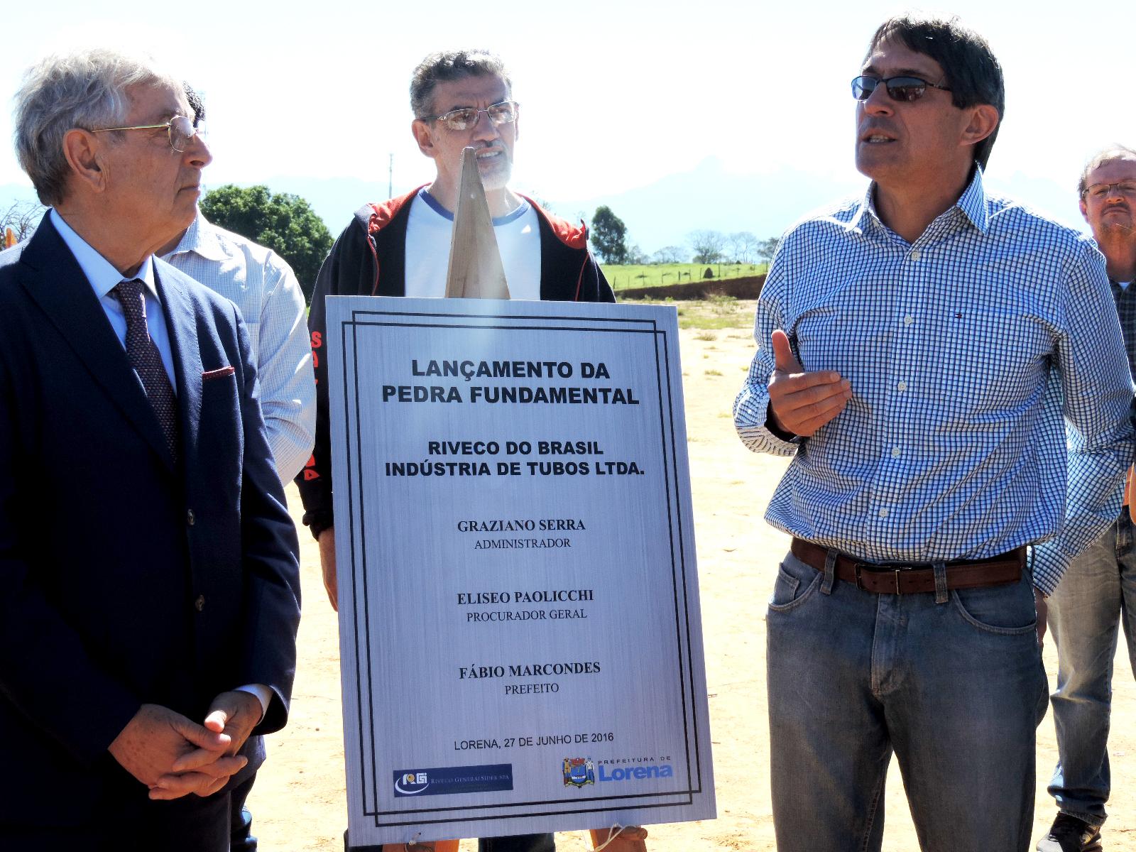 O procurador da Riveco Eliseo Paolicchi e o prefeito Fábio Marcondes no lançamento da Pedra Fundamental da unidade da empresa em Lorena (Foto: Rafaela Lourenço)