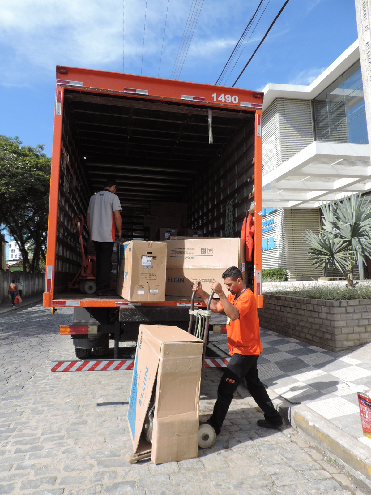 AME de Lorena recebe equipamentos e mobília para estrutura; obra ainda sem previsão de inauguração (Foto: Lucas Barbosa)