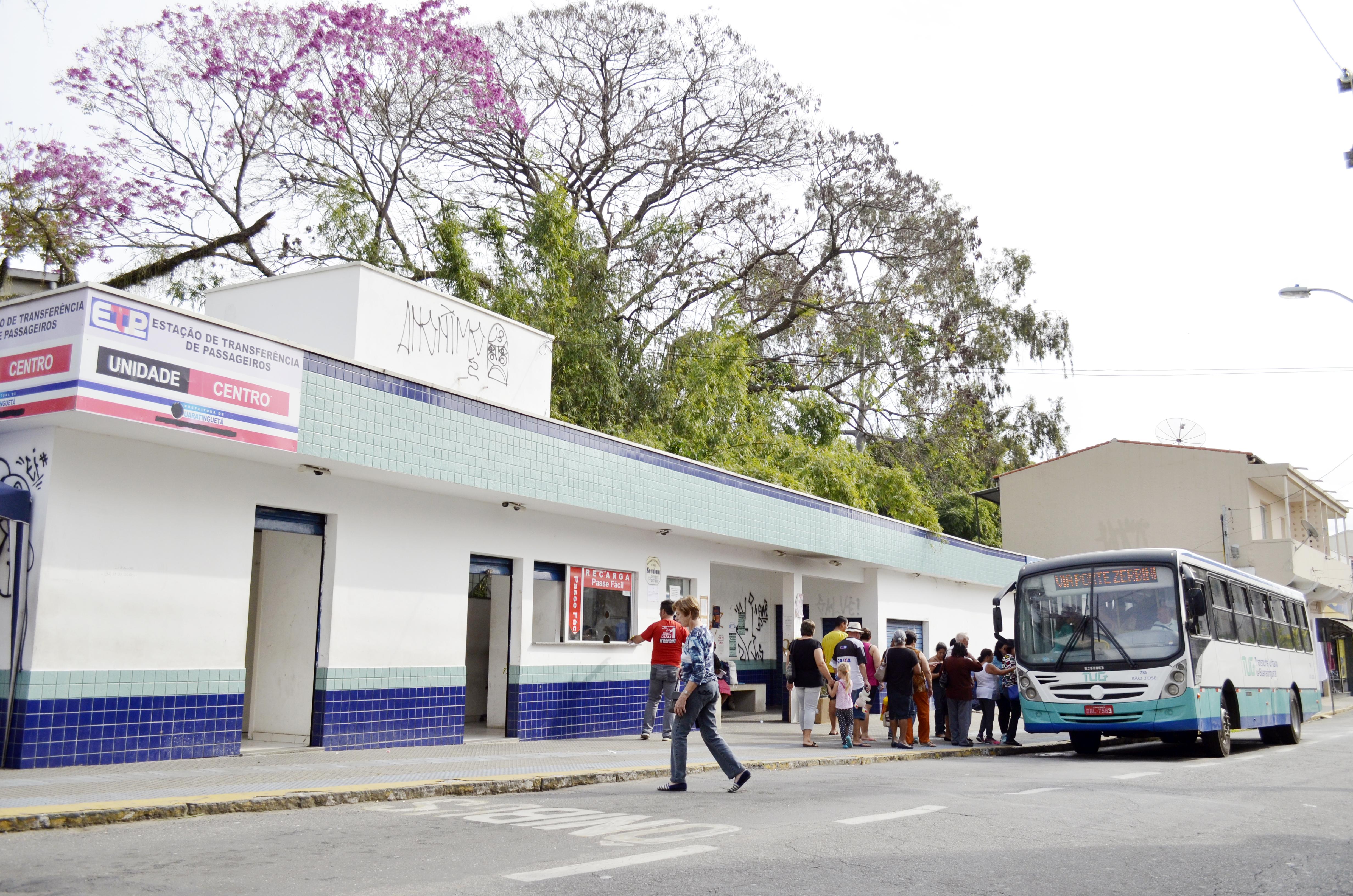 Passageiros embarcam em ônibus do TUG, na Estação de Transferência em Guaratinguetá; edital foi questionado por comissão da Câmara (Fotos: Leandro Oliveira)