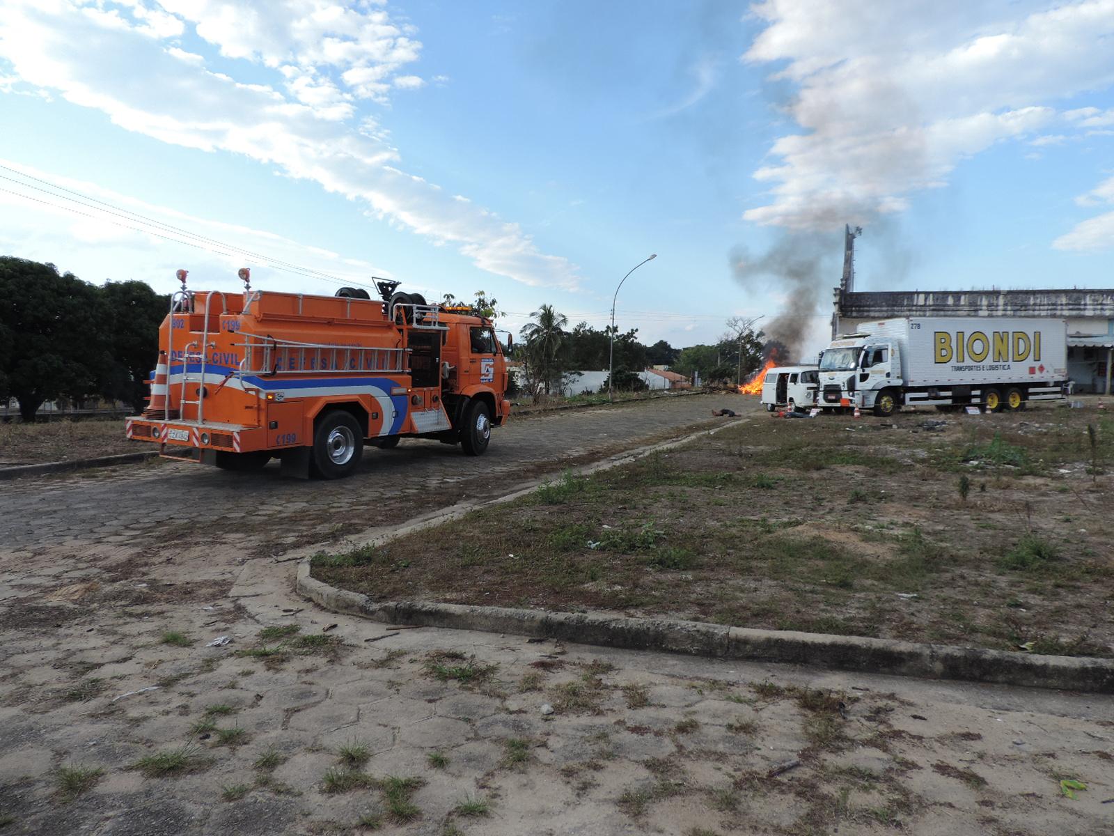 Caminhão da Defesa Civil utilizado no trabalho de treinamento em fábrica desativada em Lorena; preparação busca qualificar atendimento (Fotos: Rafaela Lourenço)