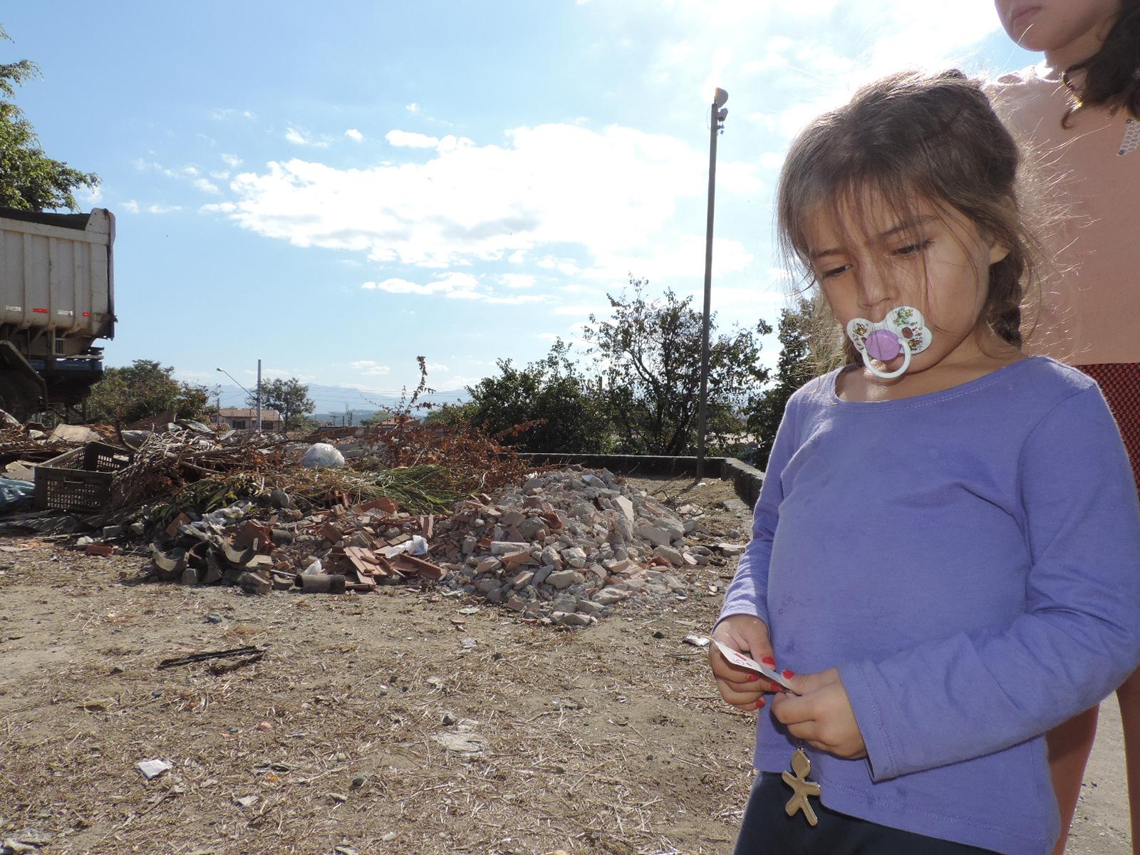 Criança brinca em área usada como lixão por moradores do Pitéu; Prefeitura promete ação para inibir (Foto: Lucas Barbosa)
