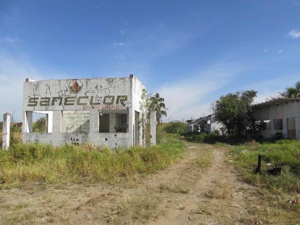 A empresa desativada Saneclor, que fica às margens da Rodovia SP-052; moradores reclamam da área tomada por usuários de drogas (Foto: Maria Fernanda Rezende)