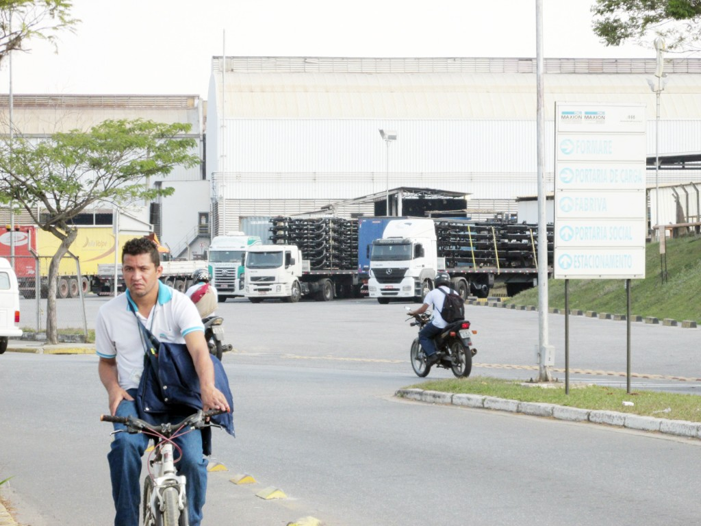 Funcionário na saída do complexo do grupo Maxion, principal empregador e foco do receio com a queda livre na geração de empregos (Foto: Maria Fernanda Rezende)