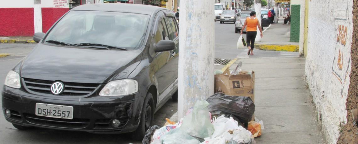 Falta de coleta de lixo gera indignação em moradores de Cruzeiro