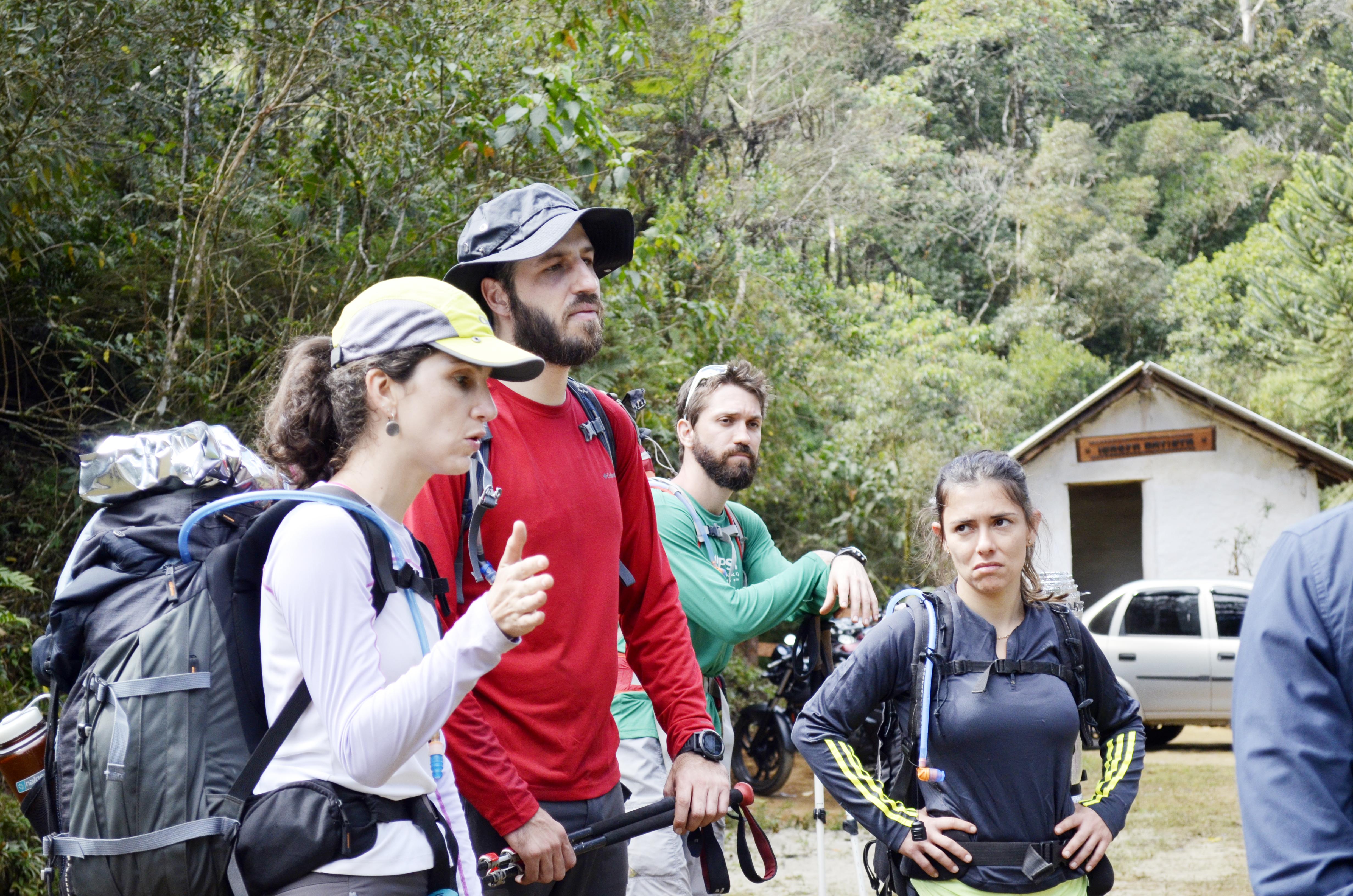 Montanhistas resgatados por equipe dos Bombeiros após incêndio que tomou parte do Pico dos Marins, no último final de semana (Foto: Leandro Oliveira)