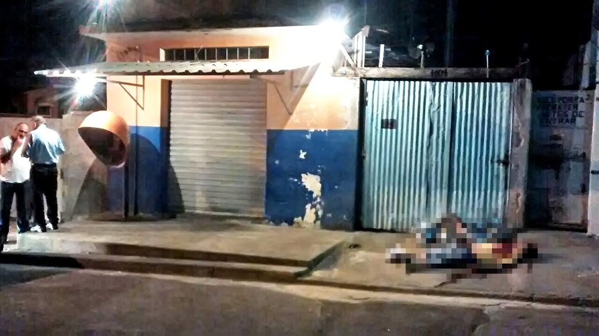 Jovem encontrado morto na calçada de bar no Industrial; vítima foi alvejada na noite desta segunda-feira (Foto: Colaboração / Endrigo de Oliveira)