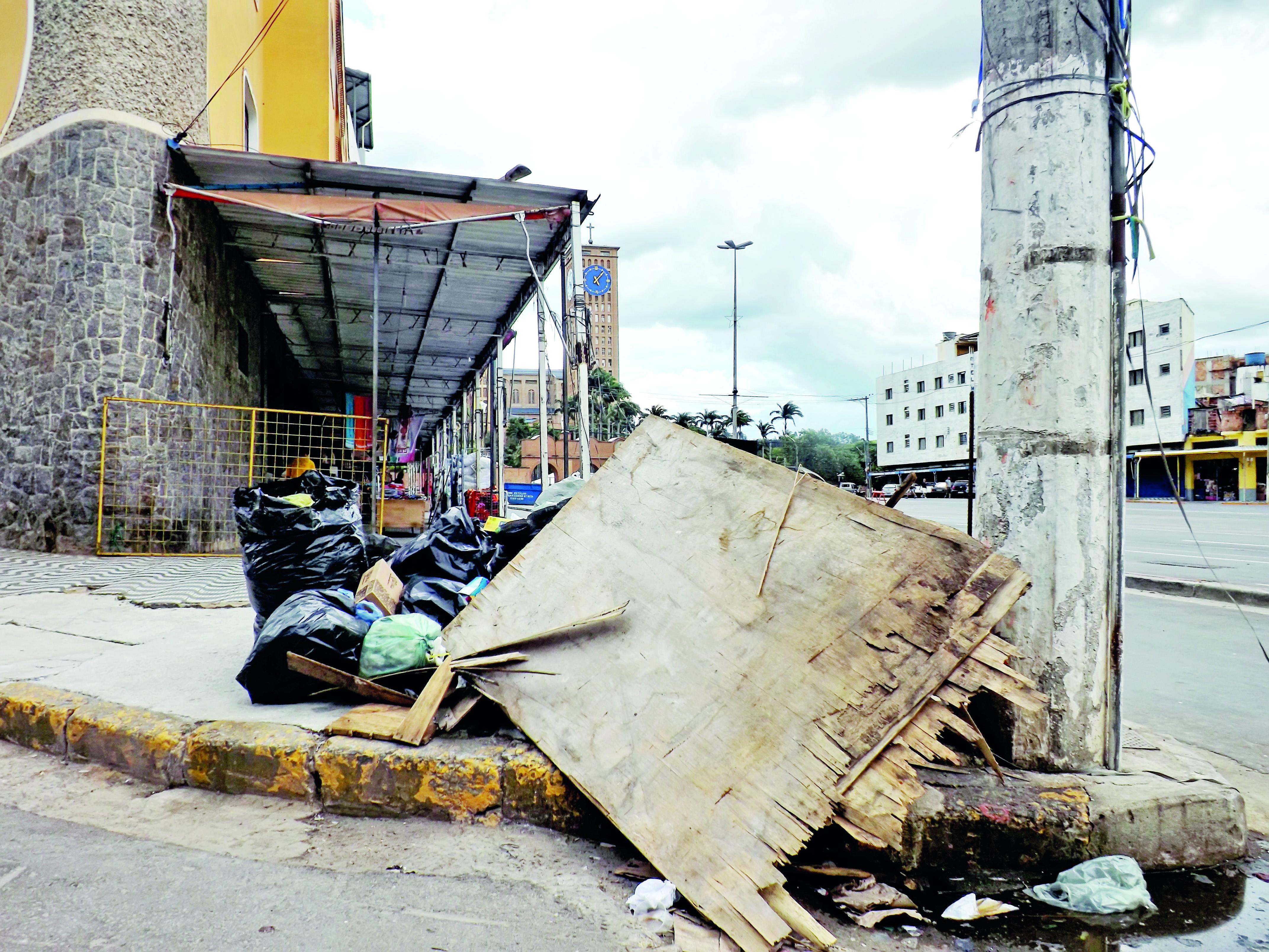 Lixo e entulho em calçada da Avenida Monumental, no Centro de Aparecida; cidade tem tarifa aumentada em 12%, mas sem investimentos (Foto: Arquivo Atos)