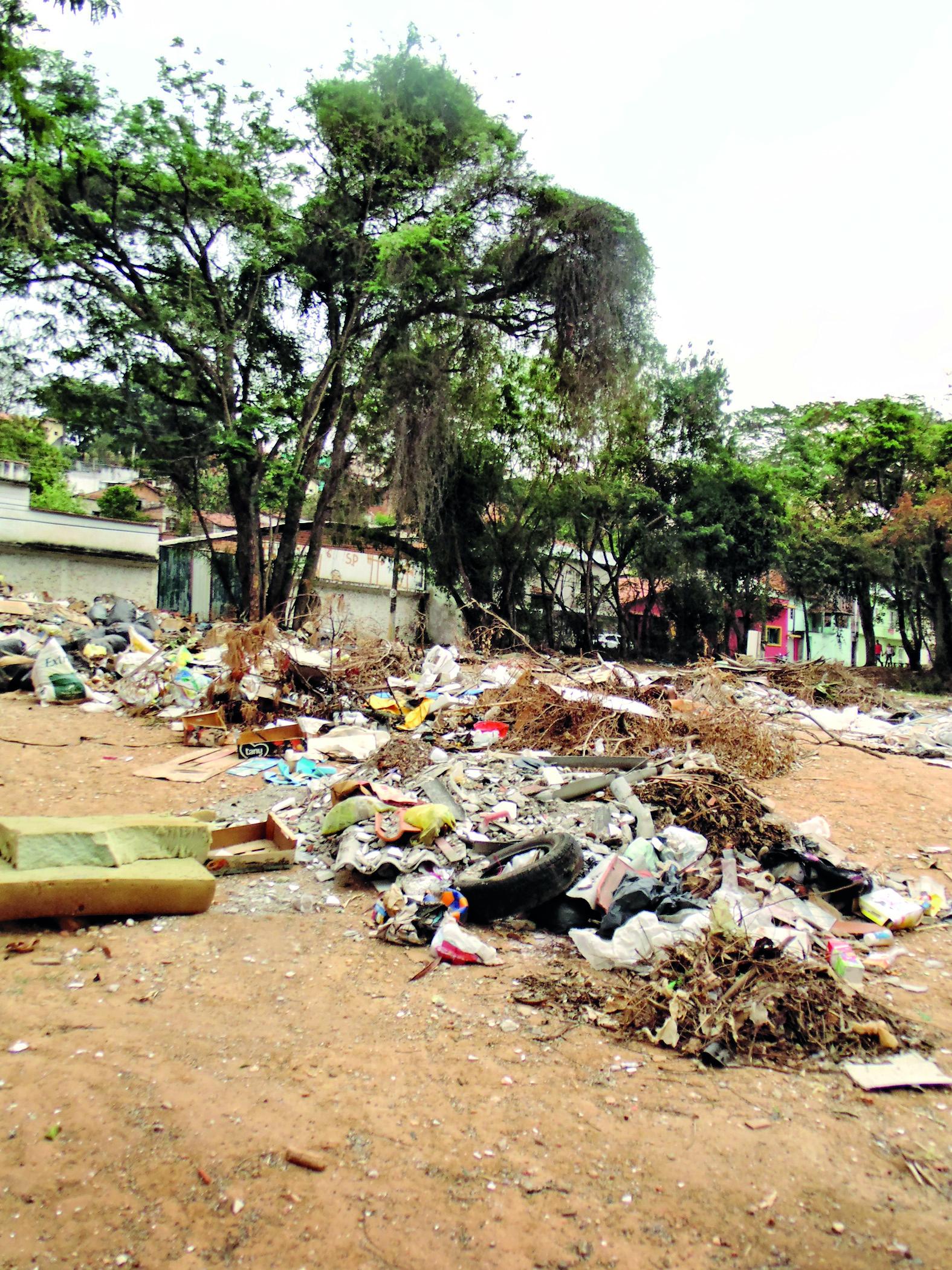 Lixo toma conta de área próxima ao campo do Chico Vaz; moradores cobram solução de Prefeitura (Foto: Carlos Pimentel)
