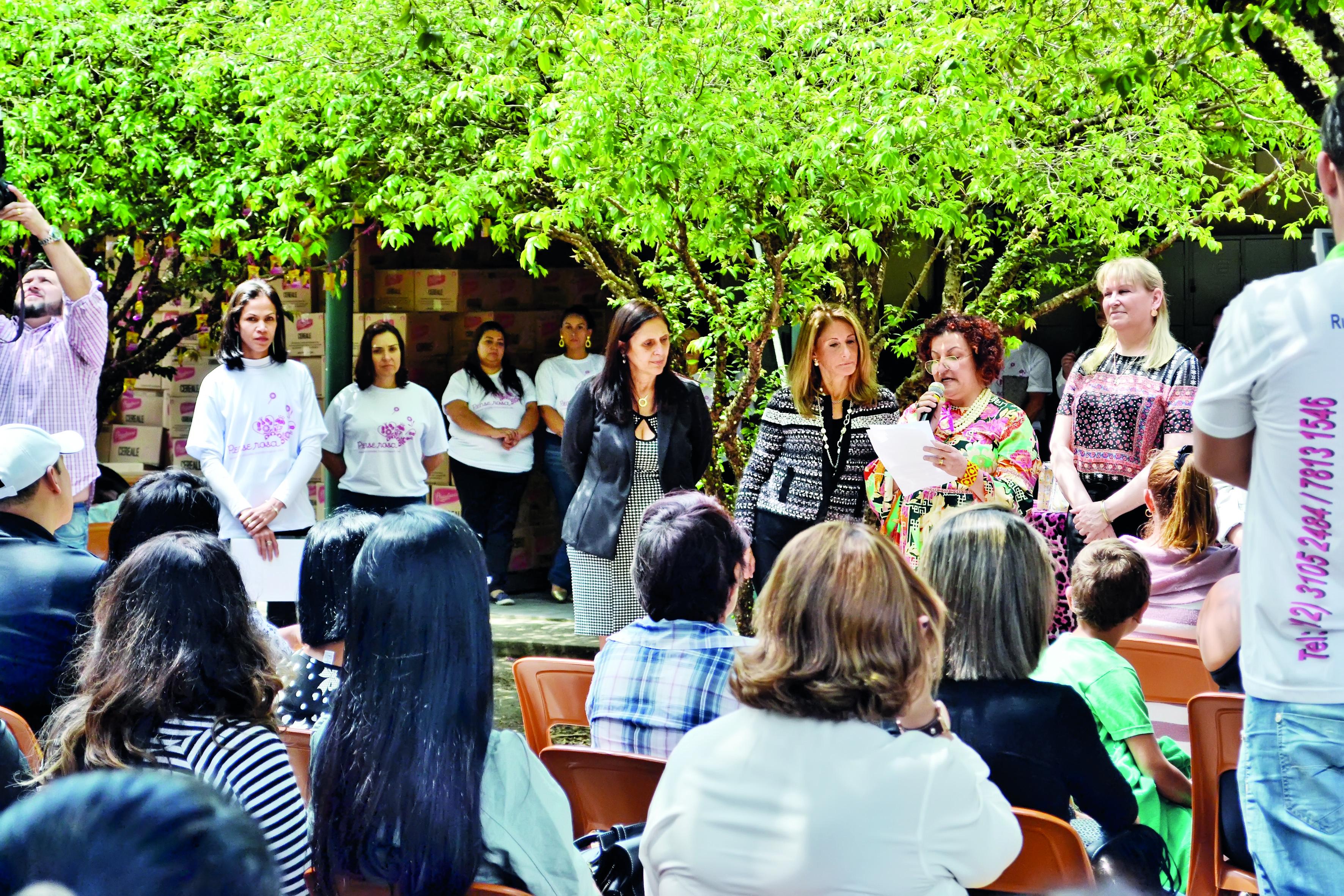 A diretora da Ong Orienta Vida, Maria Celeste Chad, fala em lançamento da campanha Pense Rosa, que atua na luta contra o câncer de mama (Foto: Estéfani Braz)