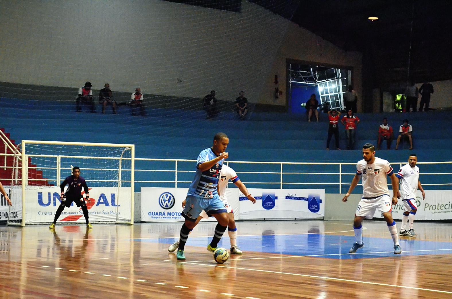 Caio tenta sair jogando durante partida de estreia do Yoka na Copa (Foto: Leandro Oliveira)