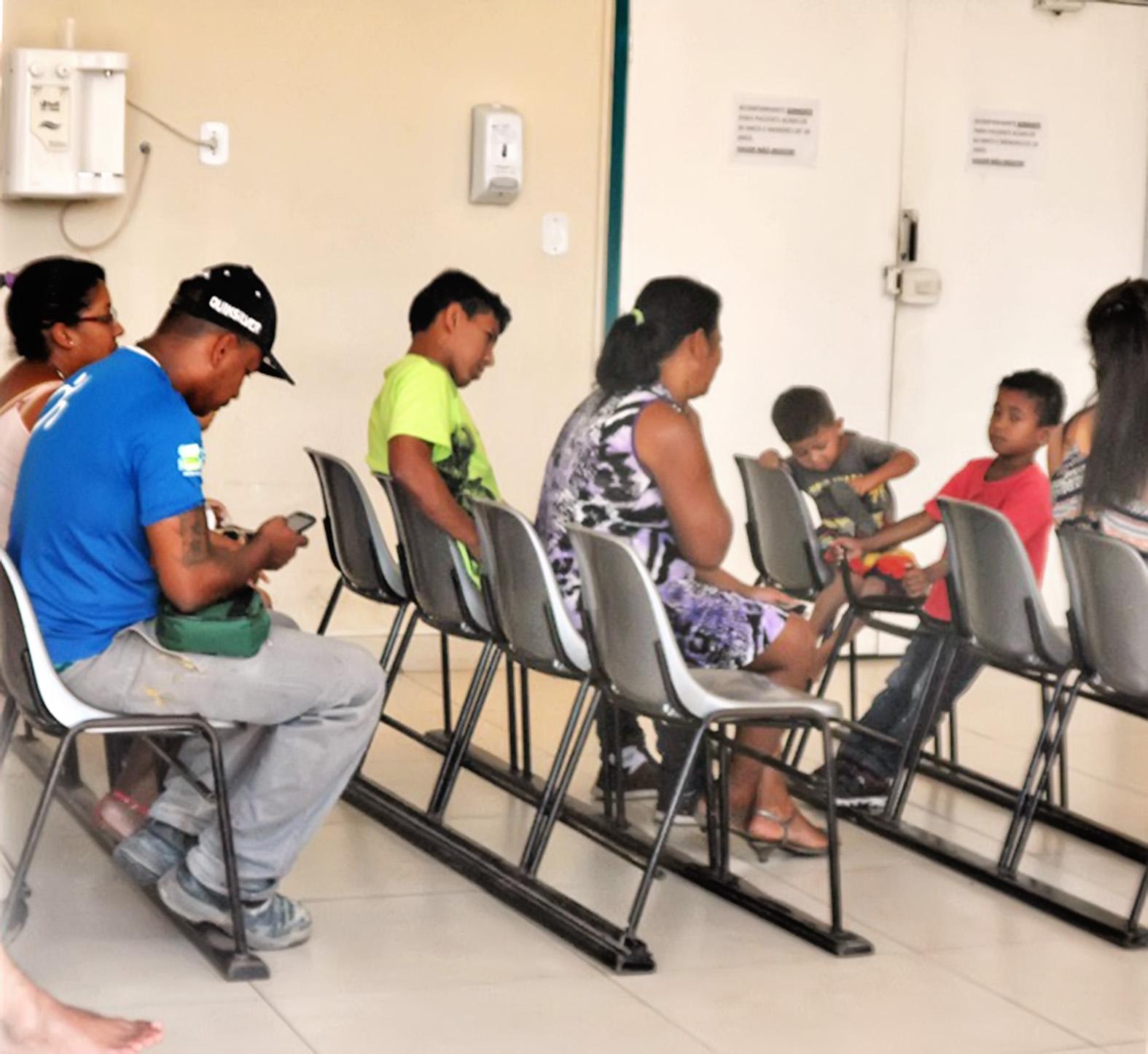 Pacientes esperam atendimento no Pronto Socorro de Cruzeiro; crise na saúde pública impera na cidade (Foto: Maria Fernanda Rezende)