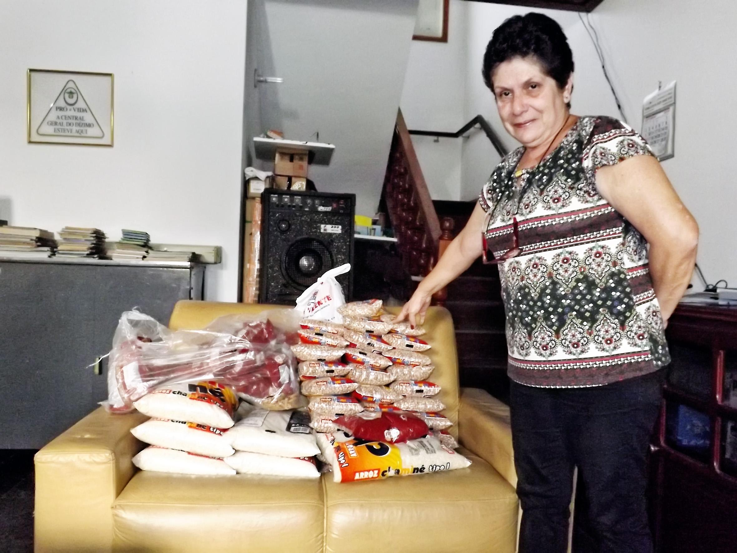 Alcione Ferreira mostra alimentos recuperados após ação de criminosos na Casa do Amigo, em Cachoeira (Foto: Lucas Barbosa)