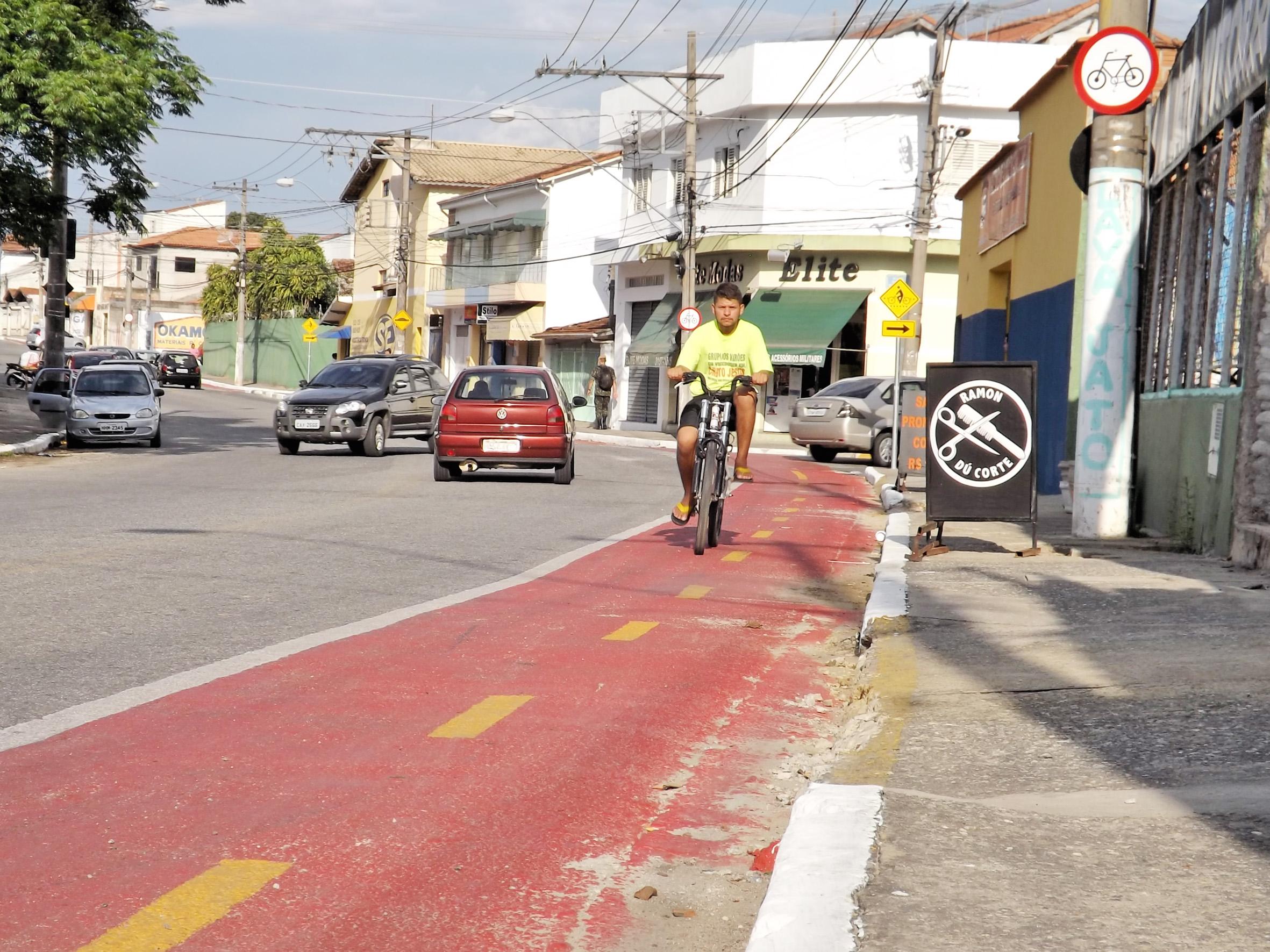 Ciclista utiliza ciclovia na avenida Marechal Argolo; implantação de sistema de 3,5 quilômetros tem expectativa de finalização até dezembro (Foto: Lucas Barbosa)