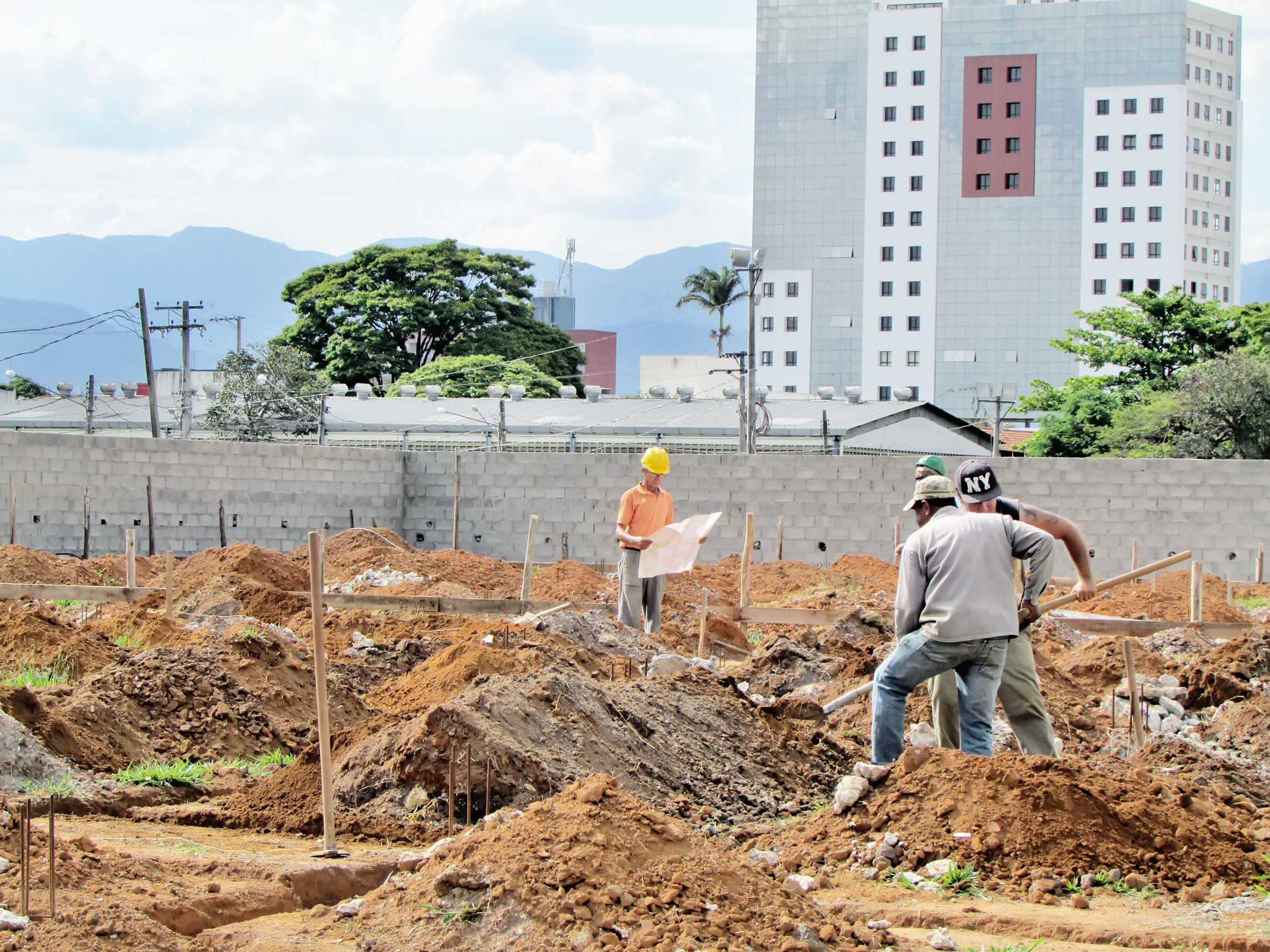 Funcioários da Prefeitura trabalham em construção de centro infantil (Foto: Divulgação)