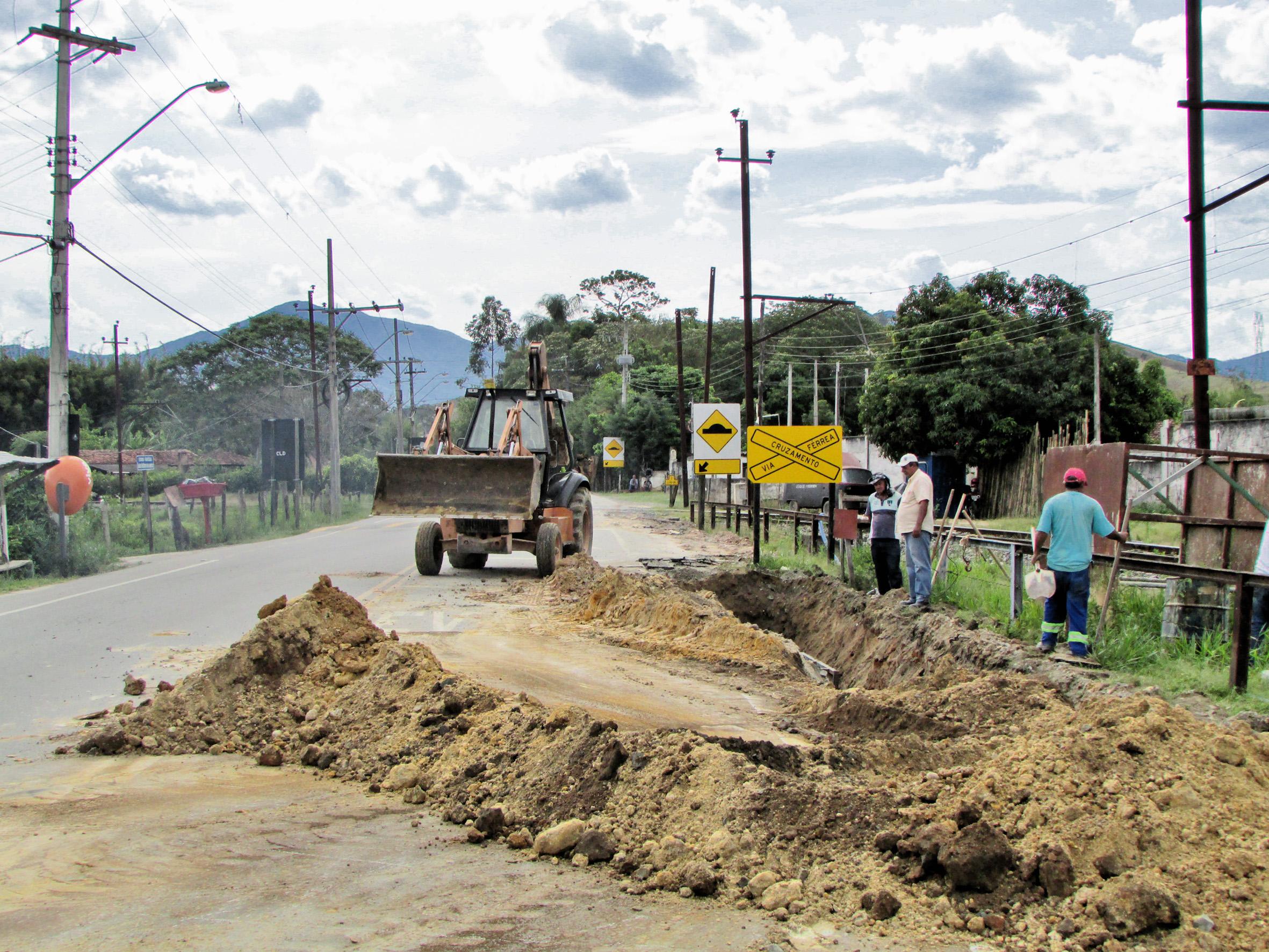 Obra no bairro Bonsucesso, que faz parte de acordo entre Prefeitura e Sabesp; trabalho tenta ampliar sistema de saneamento básico na cidade  (Foto: Da Assessoria)