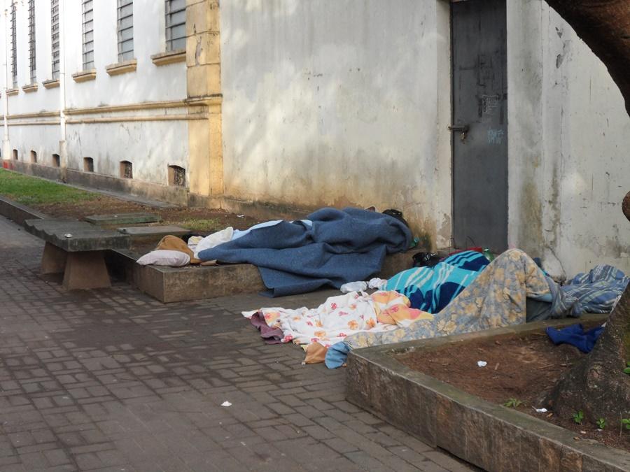 Pessoas dormindo em calçadas no Centro de Cruzeiro; Polícia investiga morte de morador de rua (Foto: Arquivo Atos)  *Imagem meramente ilustrativa