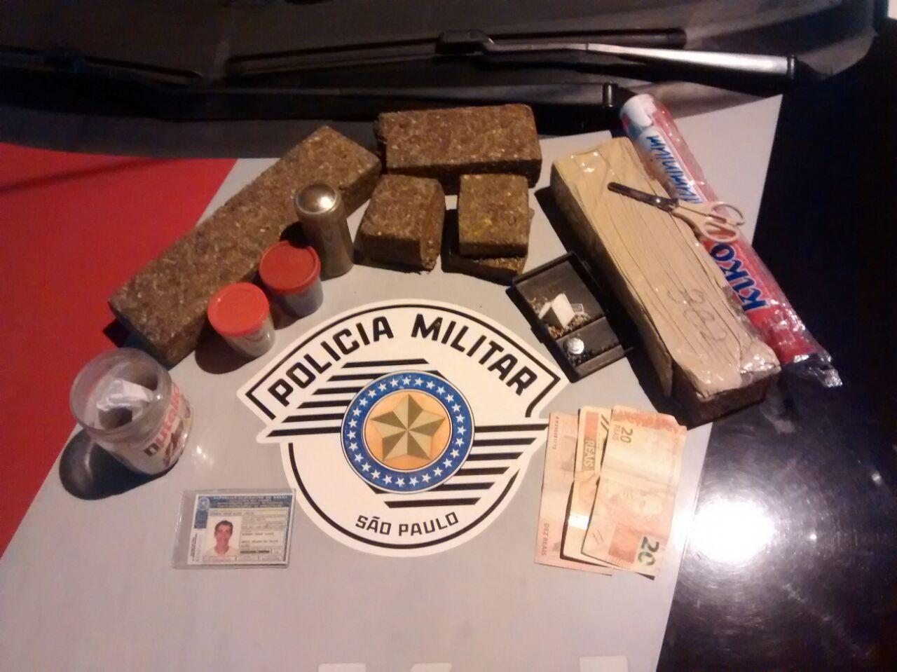 Material apreendido em operação de combate ao tráfico de drogas da Policia Militar, na Vila Normandia (Foto: Divulgação PM)