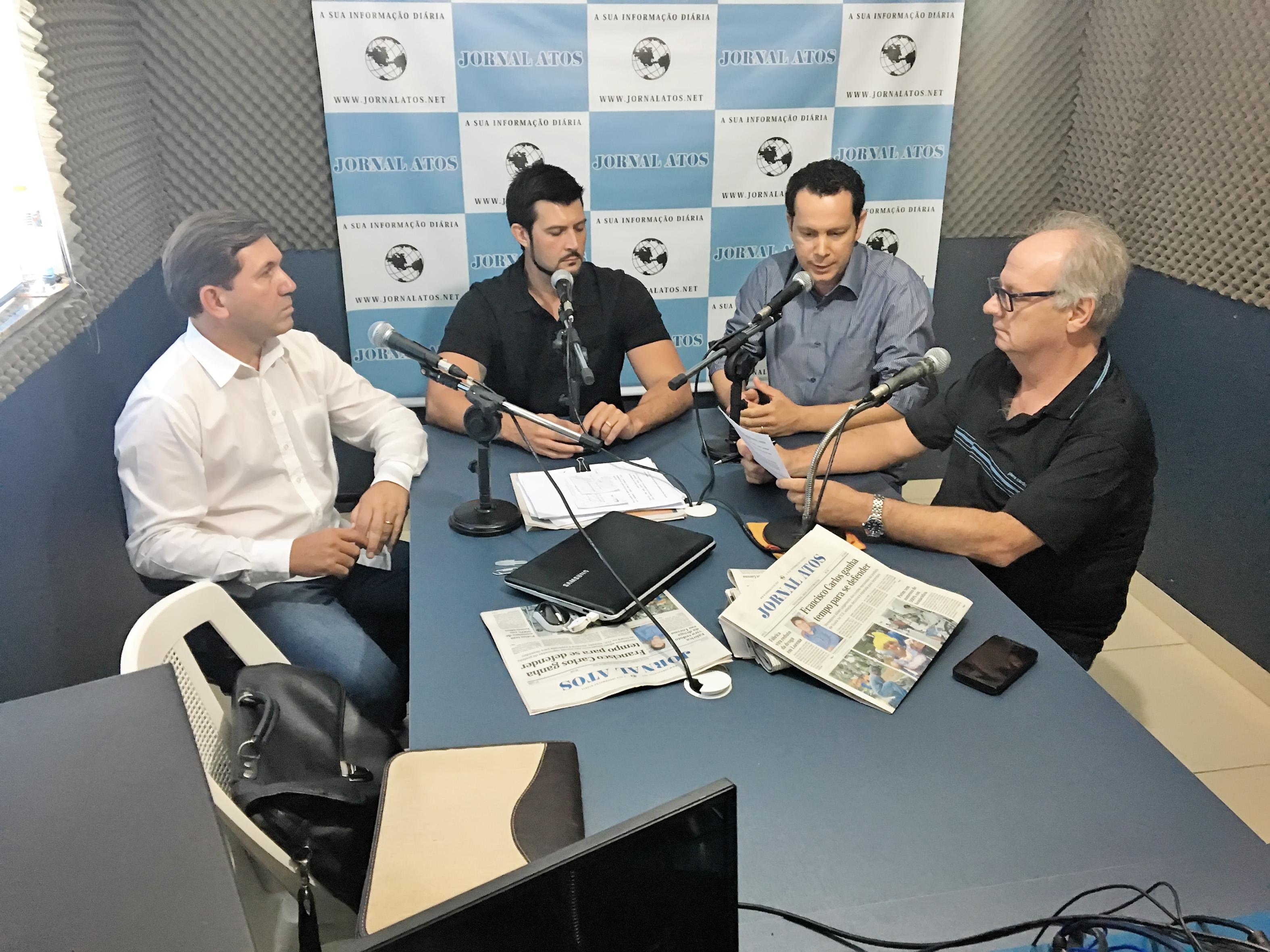 Da esquerda para direita, os vereadores eleitos Marcelo da Santa Casa, Celão e Márcio Almeida, em entrevista a Eder Billota no estúdio do Atos (Foto: Francisco Assis)