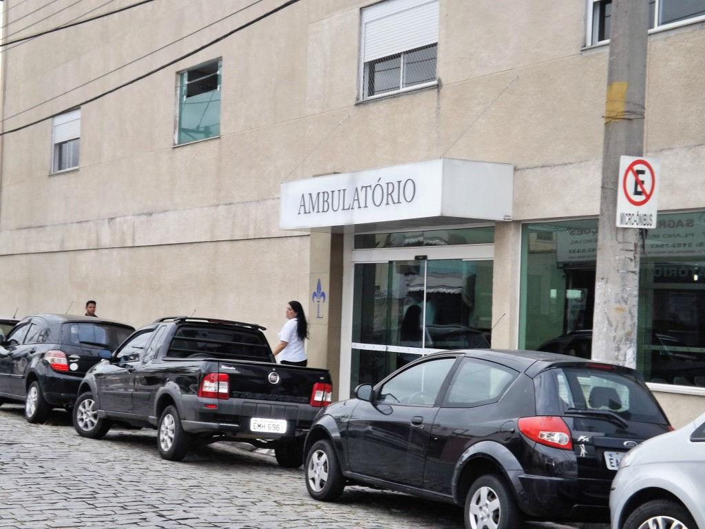 Entrada do atendimento de ambulatório no setor particular da Santa Casa de Lorena, alvo de estelionatários (Foto: Lucas Barbosa)