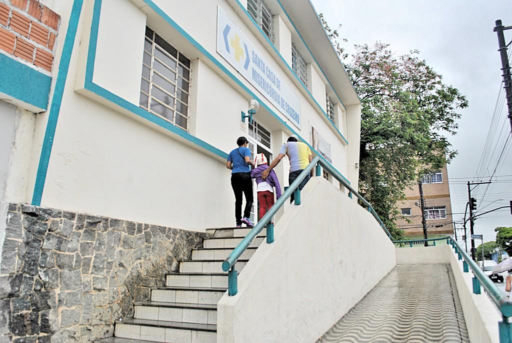 Pacientes procuram atendimento em Cruzeiro; Santa Casa paralisada (Foto: Andreah Martins)