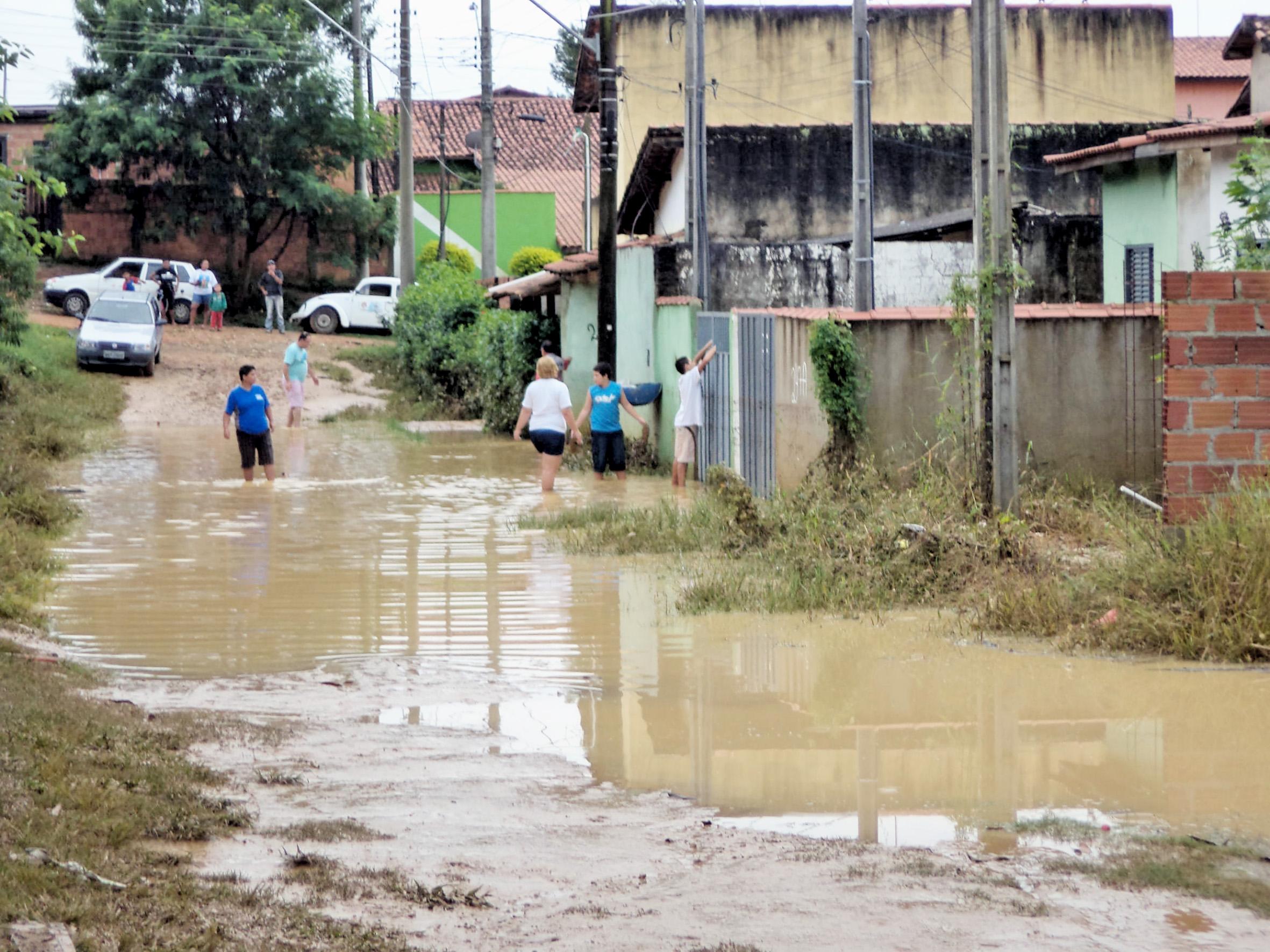 Enchente em Guaratinguetá gerou perdas a moradores em 2014; região é rastreada pela Defesa Civil para evitar novas catástrofes (Foto: Arquivo Atos)