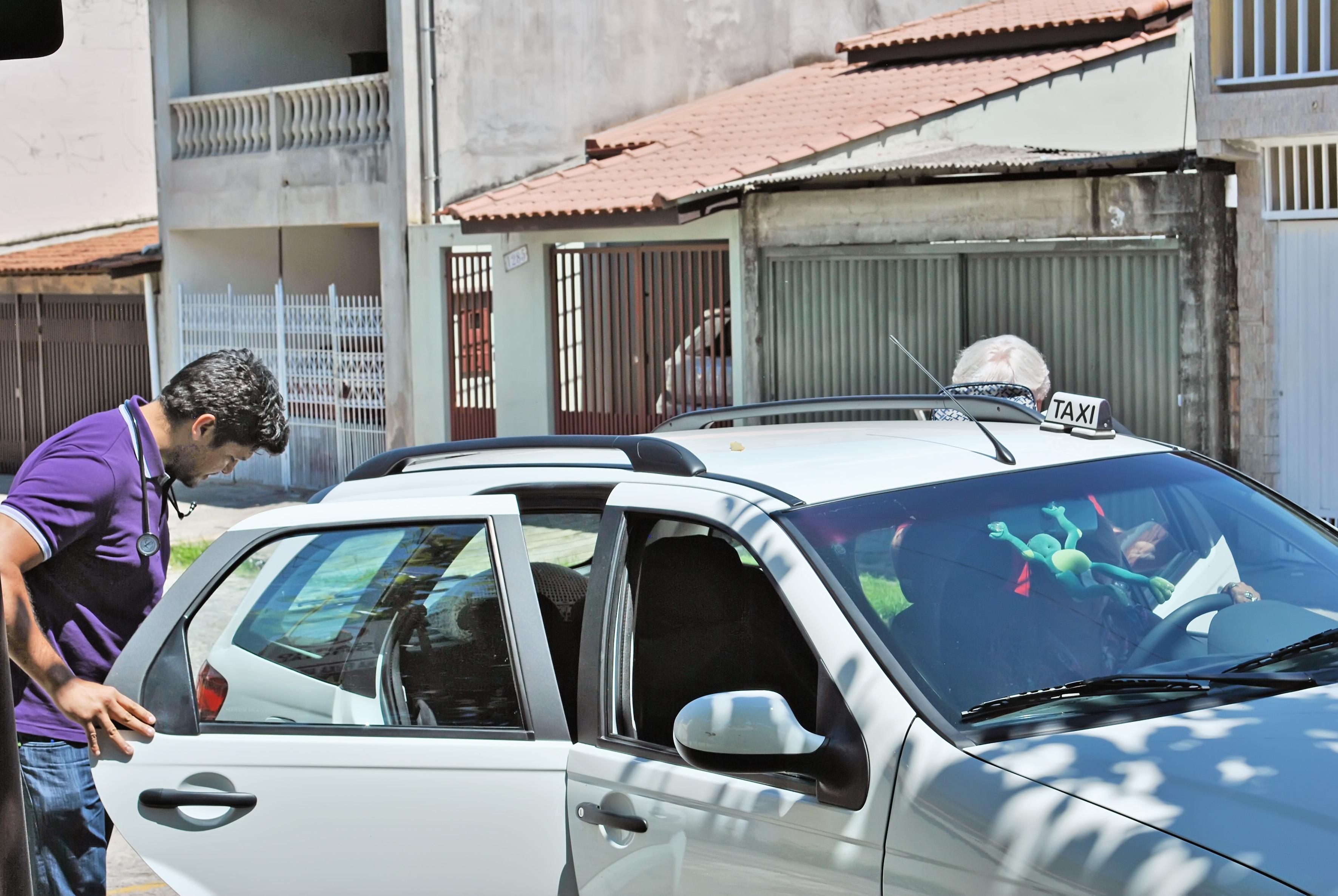 Bertino Rumarco da Costa (esquerda) e Lavosier Tavares, saindo do 3º DP após prestar depoimento sobre exercício ilegal da medicina (Foto: Maria Fernanda Rezende)
