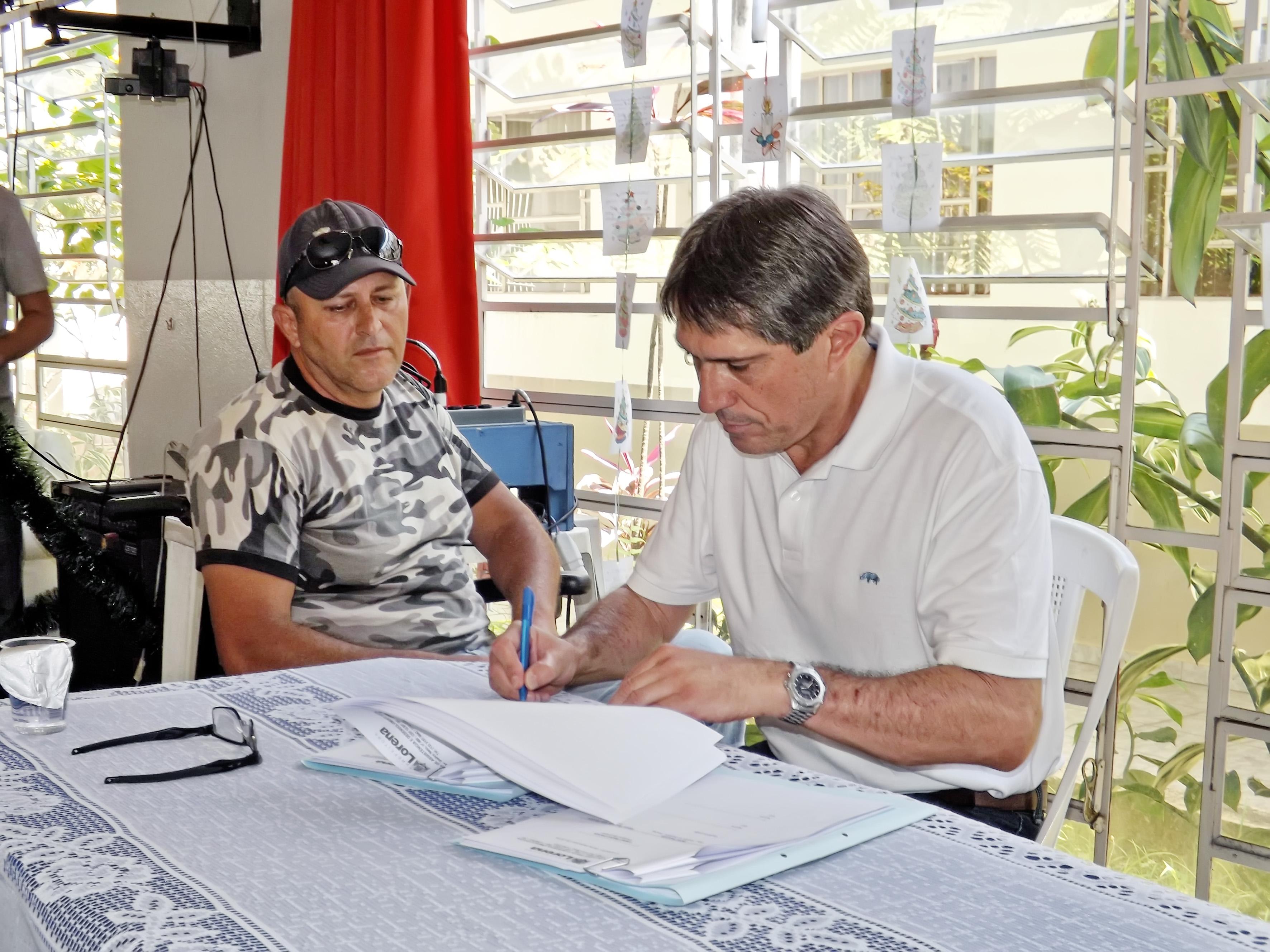 O prefeito Fábio Marcondes assina repasse de verba para entidades assistenciais de Lorena; auxílio financeiro atenderá 13 instituições (Foto: Lucas Barbosa)